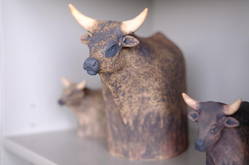 Keramik Rinder in verschiedenen Größen und Farben