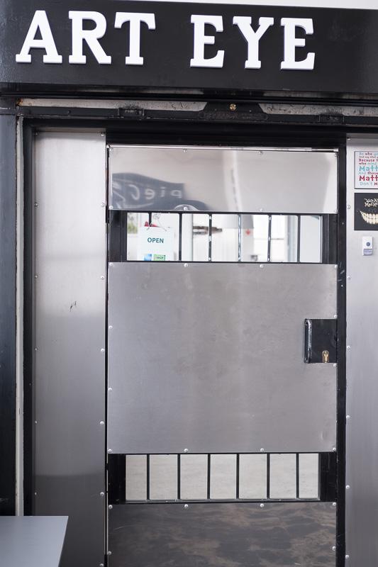 Wie in vielen Geschäften mit hochwertigen Artikeln ist die Tür der Galerie verschlossen, also einfach klingeln und genießen.