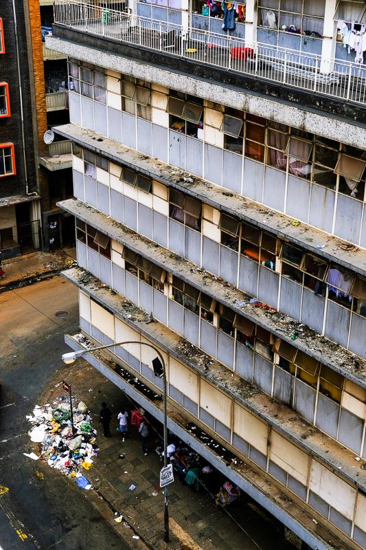 Ob dieses Gebäude immer noch von Kriminellen gekapert ist, kann ich nicht mit Sicherheit sagen, aber völlig verwahrlost ist es allemal. Leider gibt es noch immer einige solche Häuser.