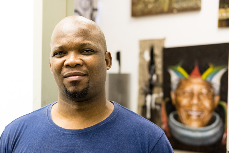 Vusi Mbulali vor seinem Atelier