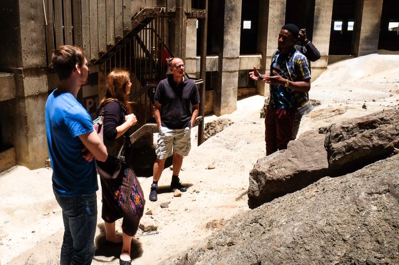 Im inneren Hohlraum des Ponte sieht man nicht nur die dunklen Flecke des Mülls, der sich einst dort stapelte, sondern auch die Felsen, auf denen das Gebäude errichtet wurde.