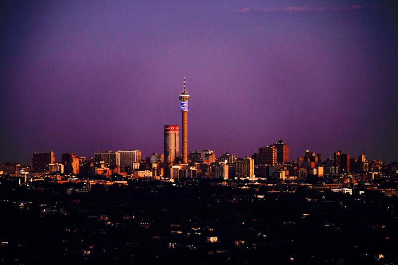 Und wenn man ganz viel Glück hat und gerade in Northcliff am Wasserturm steht, dann kann man auch den Purple Sky über Johannesburg sehen.