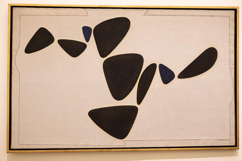 Goulphar von 1947. Am Meer sammelte Vasarely Kiesel, Muscheln und anderes Strandgut. Aus Mangel an Zeichenmaterial groß er seine Funde in Gips und ließ sie erst später, fasziniert von deren Formen, zu diesem Gemälde werden.