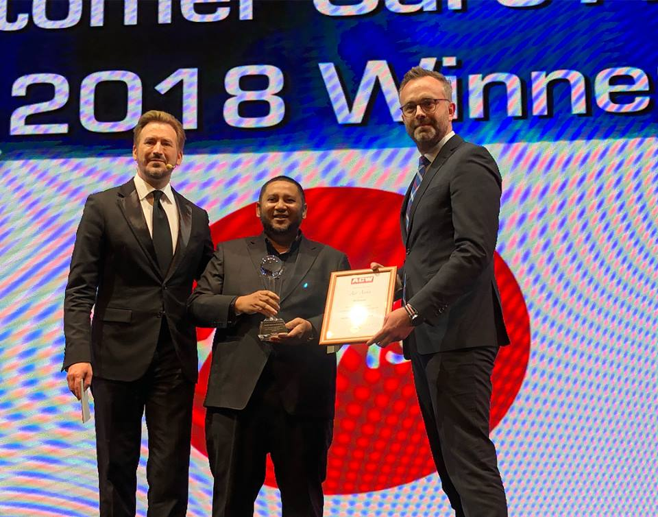 Photo Caption: (Middle) Md Hidayat Rahim, Global Head of Cargo, AirAsia Malaysia receiving the Air Cargo Industry Customer Care Award at the Air Cargo Week World Air Cargo Award 2018 in Shanghai, China.