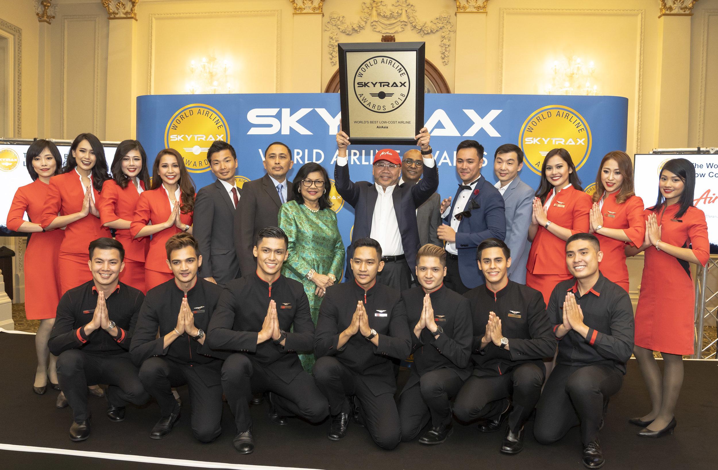 (Dari tengah ke kanan) Pengerusi AirAsia X Tan Sri Rafidah Aziz, Pengerusi Eksekutif Kumpulan AirAsia Berhad dan Ketua Pegawai Eksekutif Kumpulan AirAsia X Datuk Kamarudin Meranun, dan Timbalan Ketua Pegawai Eksekutif Kumpulan (Perniagaan Penerbangan) Bo Lingam bersama-sama Allstars (kakitangan AirAsia)di majlis Anugerah Penerbangan Dunia Skytrax 2018.