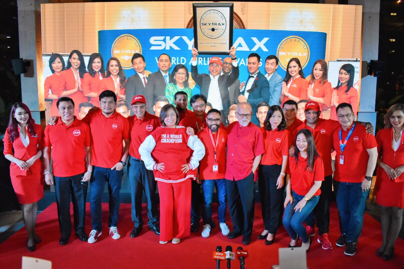 (Third from right standing) AirAsia Group CEO Tony Fernandes, (Sixth from right standing) Founder of AirAsia Dato Pahamin Ab Rajab, AirAsia CEOs and Cabin Crew.