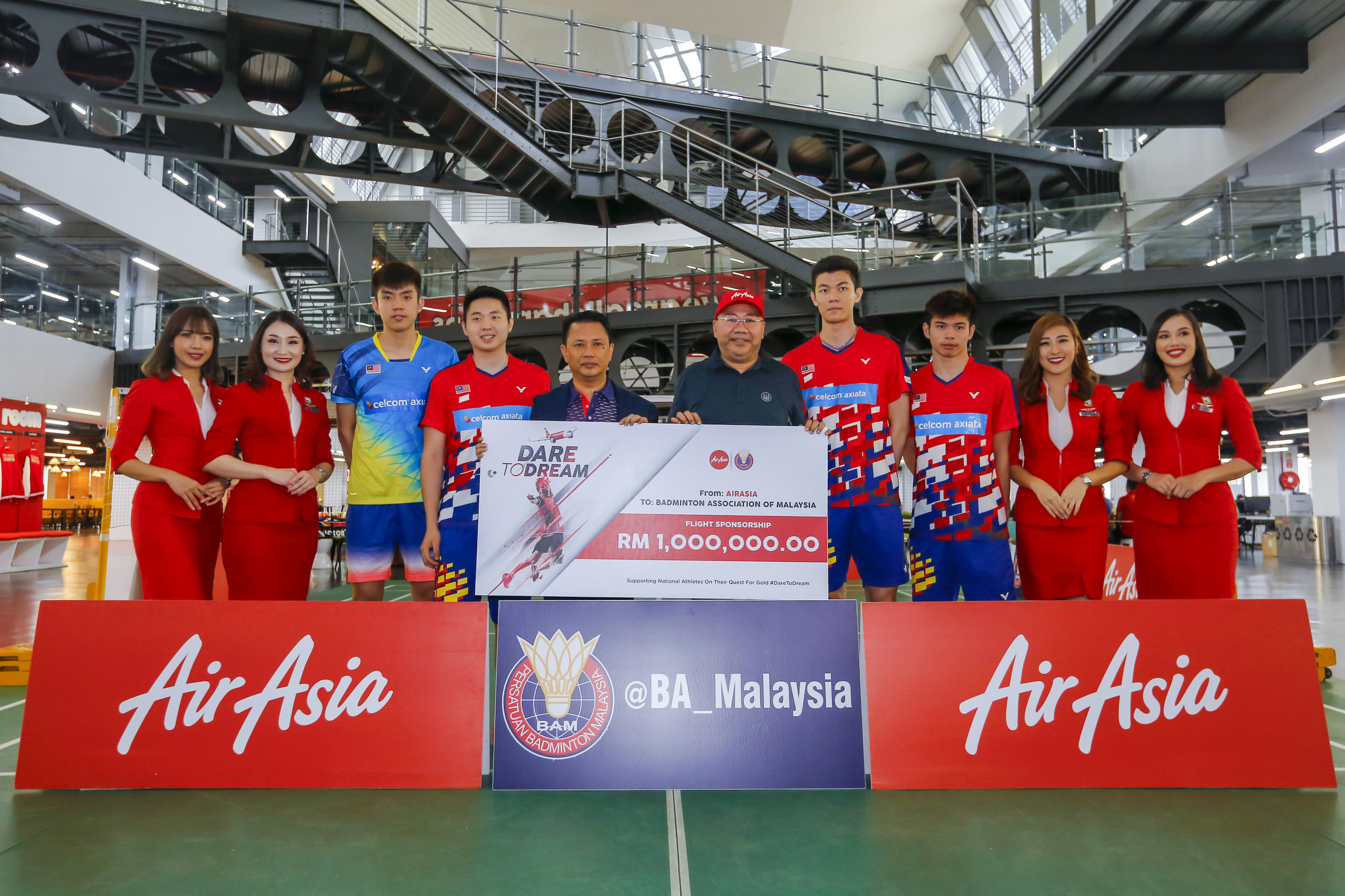 Photo Caption: BAM President Dato' Sri Mohamad Norza Zakaria (middle left)and Executive Chairman of AirAsia Group Berhad and Group CEO of AirAsia X, Datuk Kamarudin Meranun (middle right)flanked by national badminton players and cabin crew at the mock cheque presentation ceremony today.