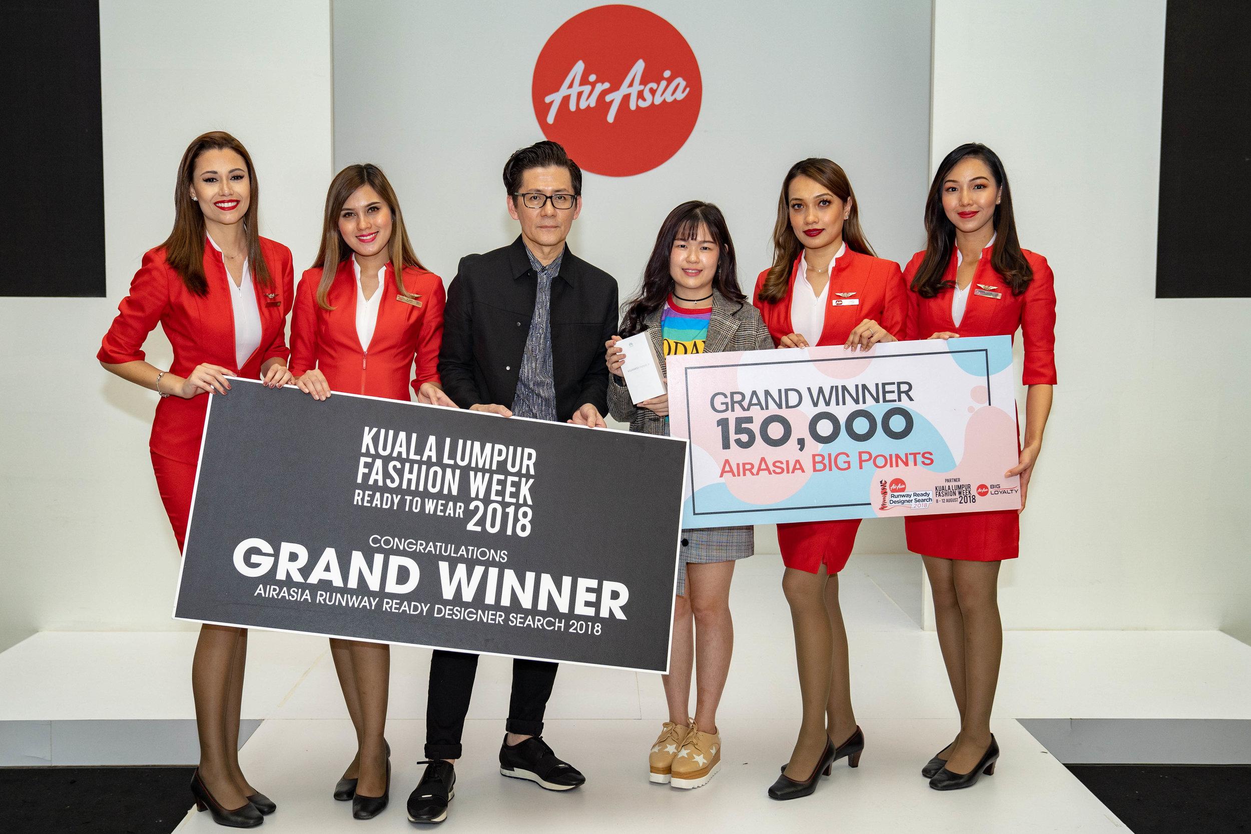 Keterangan Gambar: (Tengah) Pengasas KL Fashion Week Andrew Tan bersama Pemenang Utama AirAsia Runway Ready Designer Search 2018 Daphne Lim Wen Sin dari Fashion Academy.