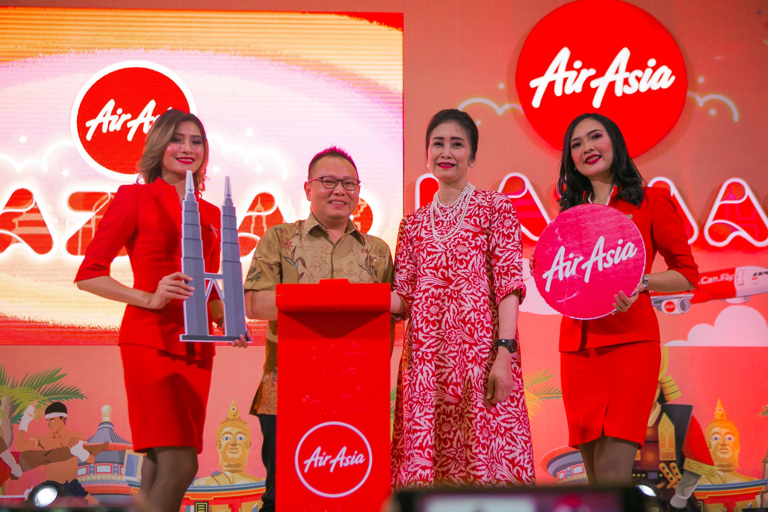 Direktur Niaga AirAsia Indonesia, Rifai Taberi (kedua dari kiri) dan Direktur Konsumer Bank BRI, Handayani (kedua dari kanan) meresmikan AirAsia Bazaar di Kota Kasablanka, Jakarta hari ini.
