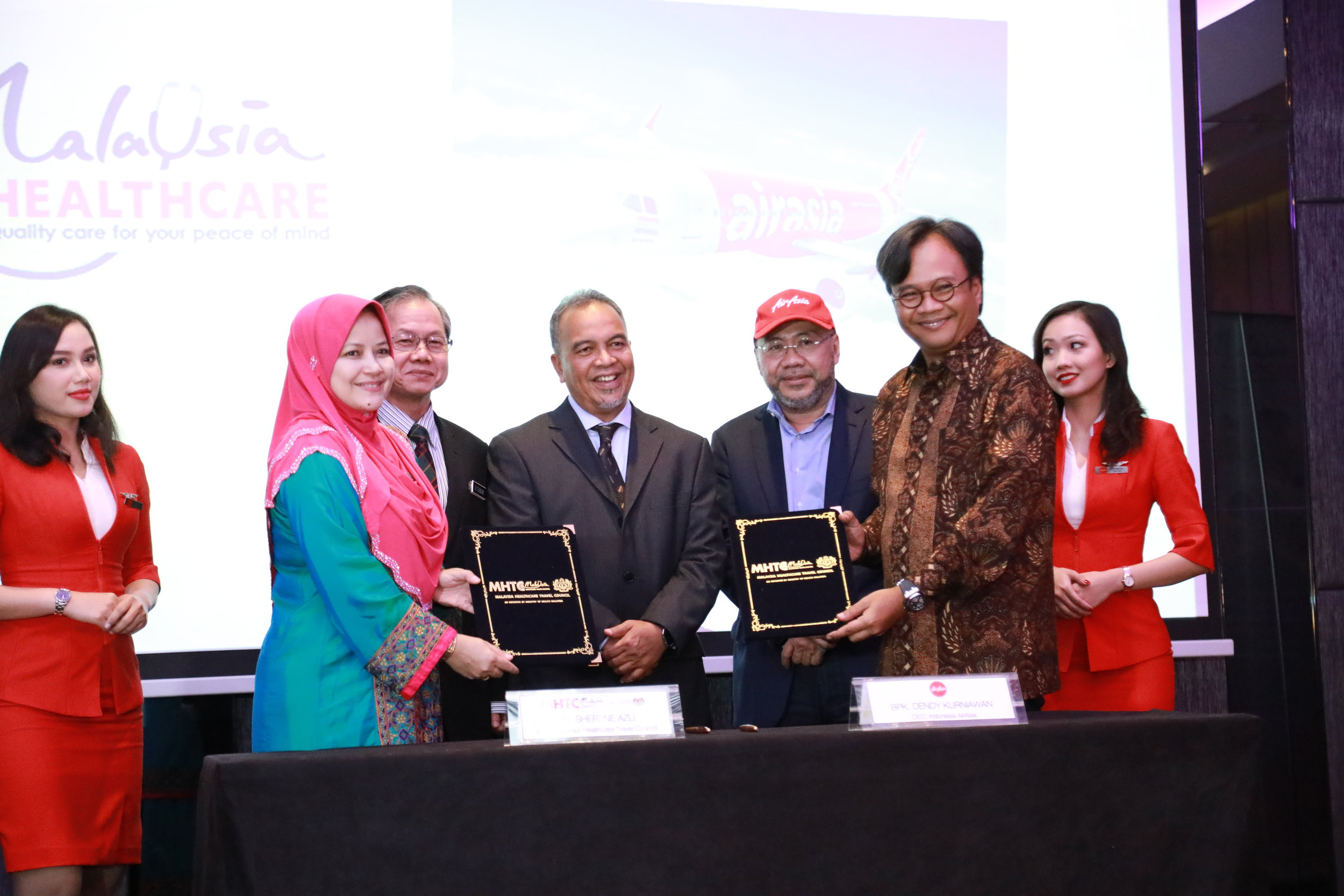 Memorandum of Understanding (MOU) between Malaysia Healthcare Tourism Council (MHTC) and AirAsia to boost medical tourism sector signed between the MHTC CEO, Sherene Azli (second from left) and AirAsia Indonesia CEO, Dendy Kurniawan (second from right), as witnessed by Malaysian Deputy Minister of Health, YB Dr Lee Boon Chye (third from left), Malaysian Deputy Minister of Finance, YB Dato' Ir Haji Amiruddin bin Hamzah (center) and AirAsia Group Berhad Executive Chairman and AirAsia X Co-Group CEO, Datuk Kamarudin Meranun (third from right).