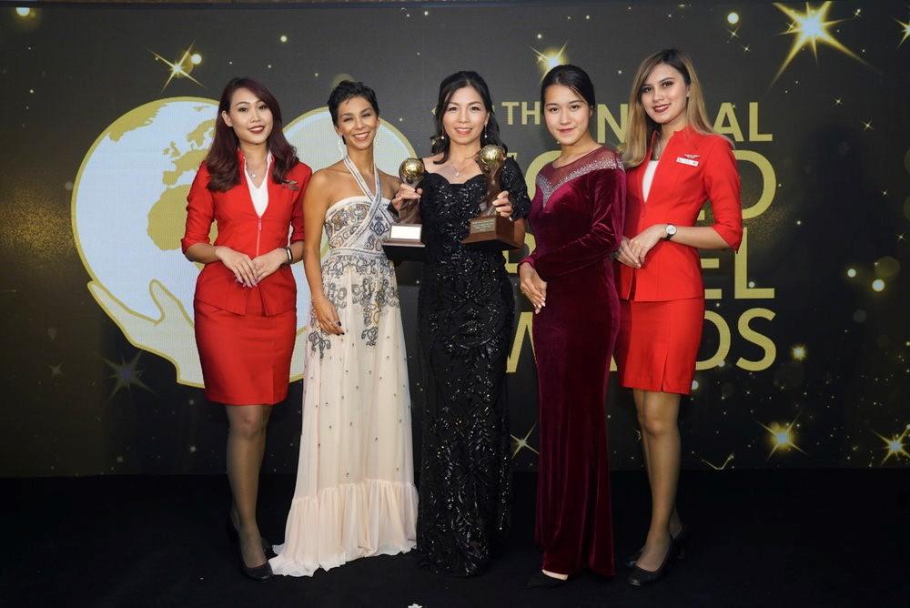 AirAsia香港及澳門區行政總裁劉小媛於2018亞洲及澳大拉西亞世界旅遊獎頒奬禮上領取亞洲領先低成本航空獎及亞洲領先低成本航空空服員獎。