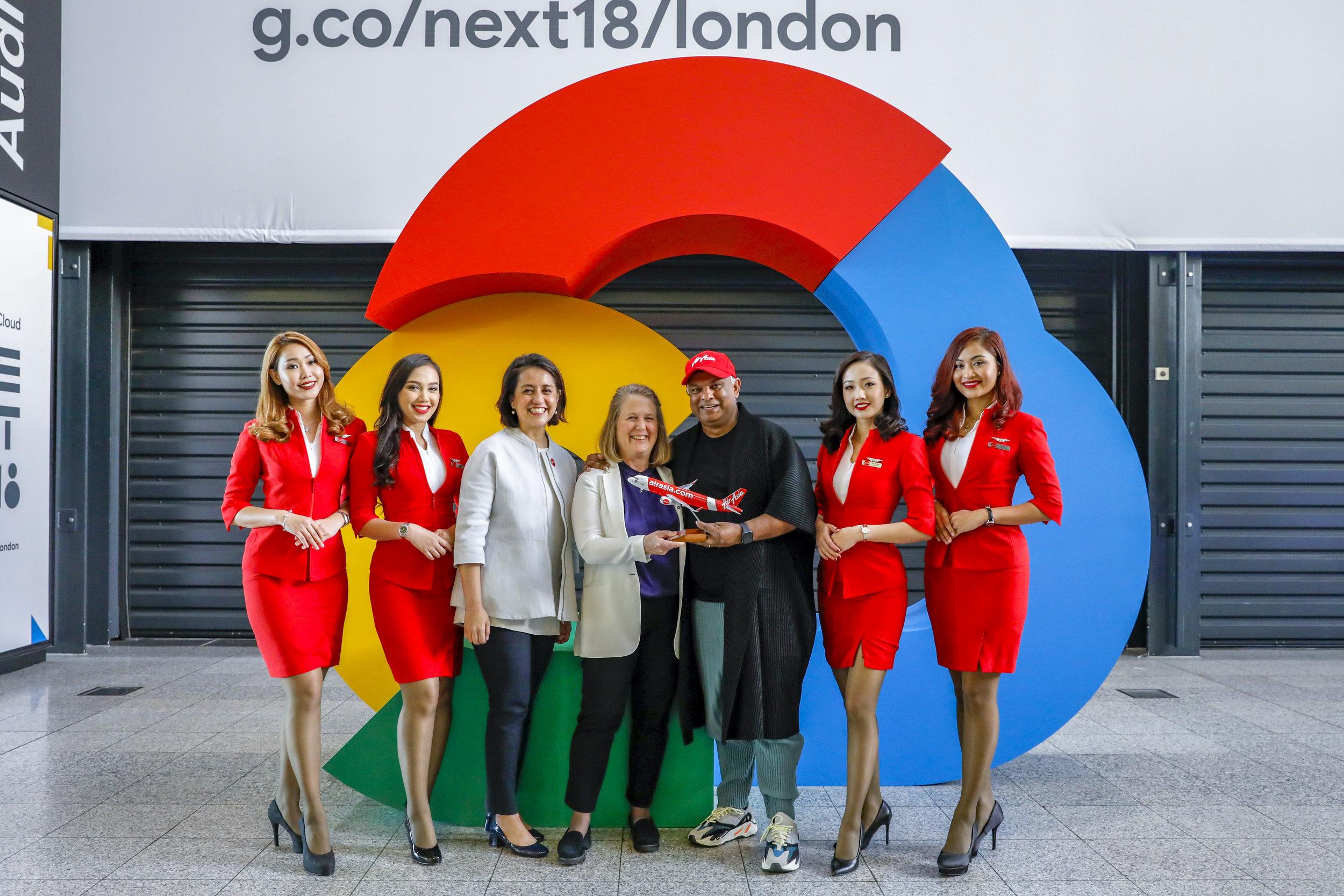 CEO Google Cloud Diane Green (tengah), CEO Grup AirAsia Tony Fernandes, dan Deputi CEO Grup AirAsia bidang Digital, Transformasi dan Layanan Korporasi Aireen Omar diapit oleh awak kabin AirAsia pada acara Google Cloud NEXT '18 di London.