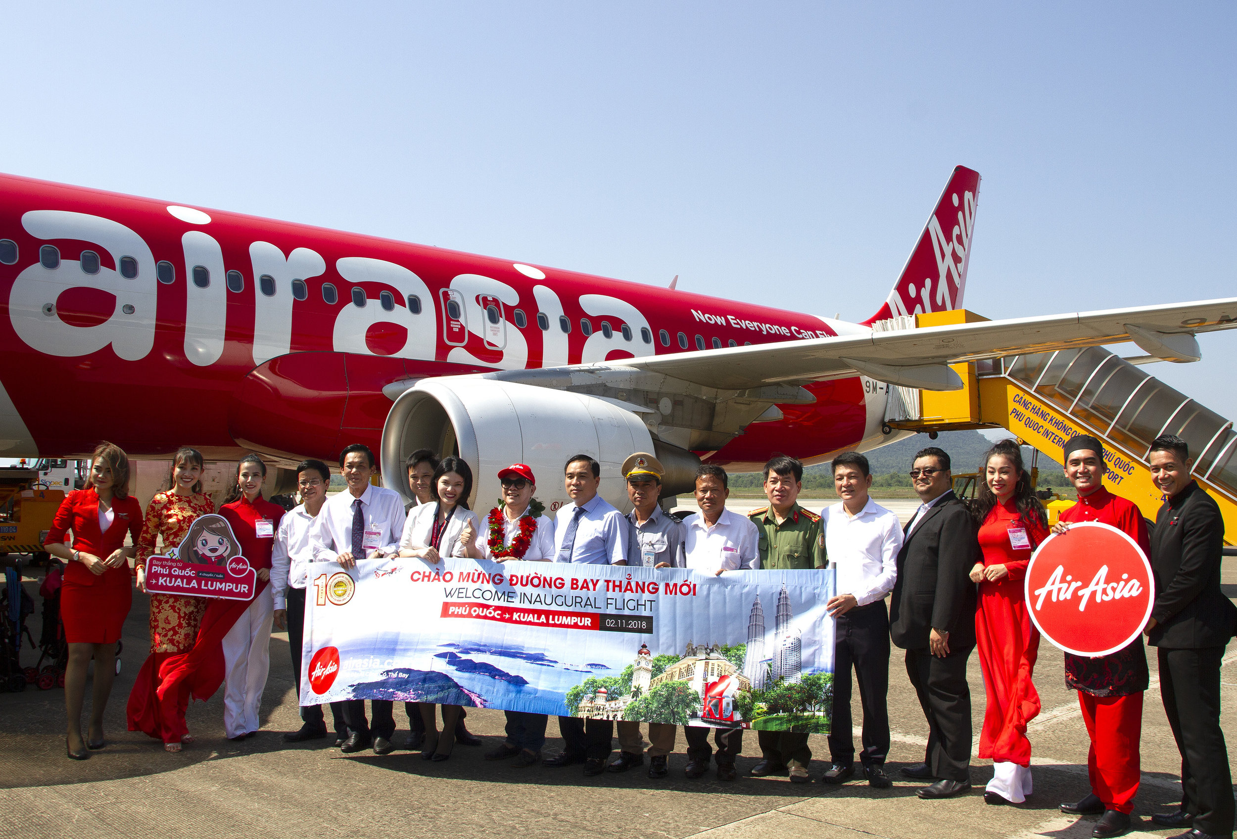 (Eight from left) AirAsia Group Berhad Board of Director Dato' Fam Lee Ee, Phu Quoc People's Committee Vice Chairman Pham Van Nghiep and local authorities welcoming the inaugural flight from Kuala Lumpur to Phu Quoc, Vietnam.