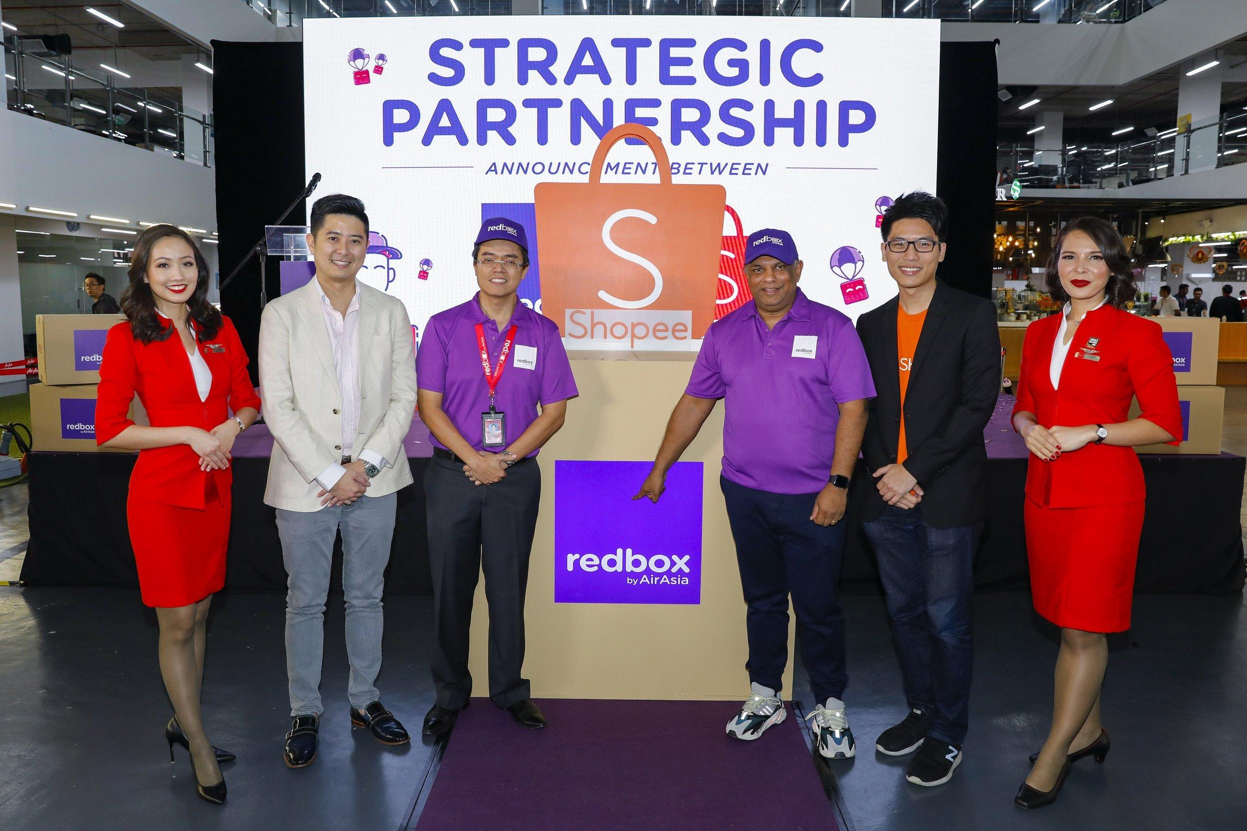 Dua dari kiri: Pengarah Urusan Serantau Shopee Ian Ho; Ketua Pegawai Eksekutif RedBox Dato' Mohd Shukrie Mohd Salleh; Ketua Pegawai Eksekutif Kumpulan AirAsia Tan Sri Tony Fernandes; Ketua Operasi Shopee Esten Mok di majlis pengumuman kerjasama antara RedBox dan Shopee .