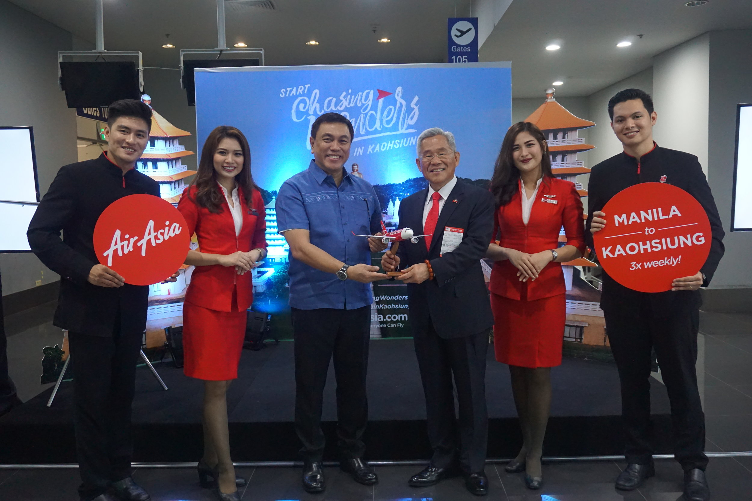 (3rd from left) AirAsia Philippines CEO and pilot Captain Dexter Comendador and Ambassador Michael Peiyung Hsu of Taiwan Economic Cultural Office are flanked by AirAsia cabin crew.