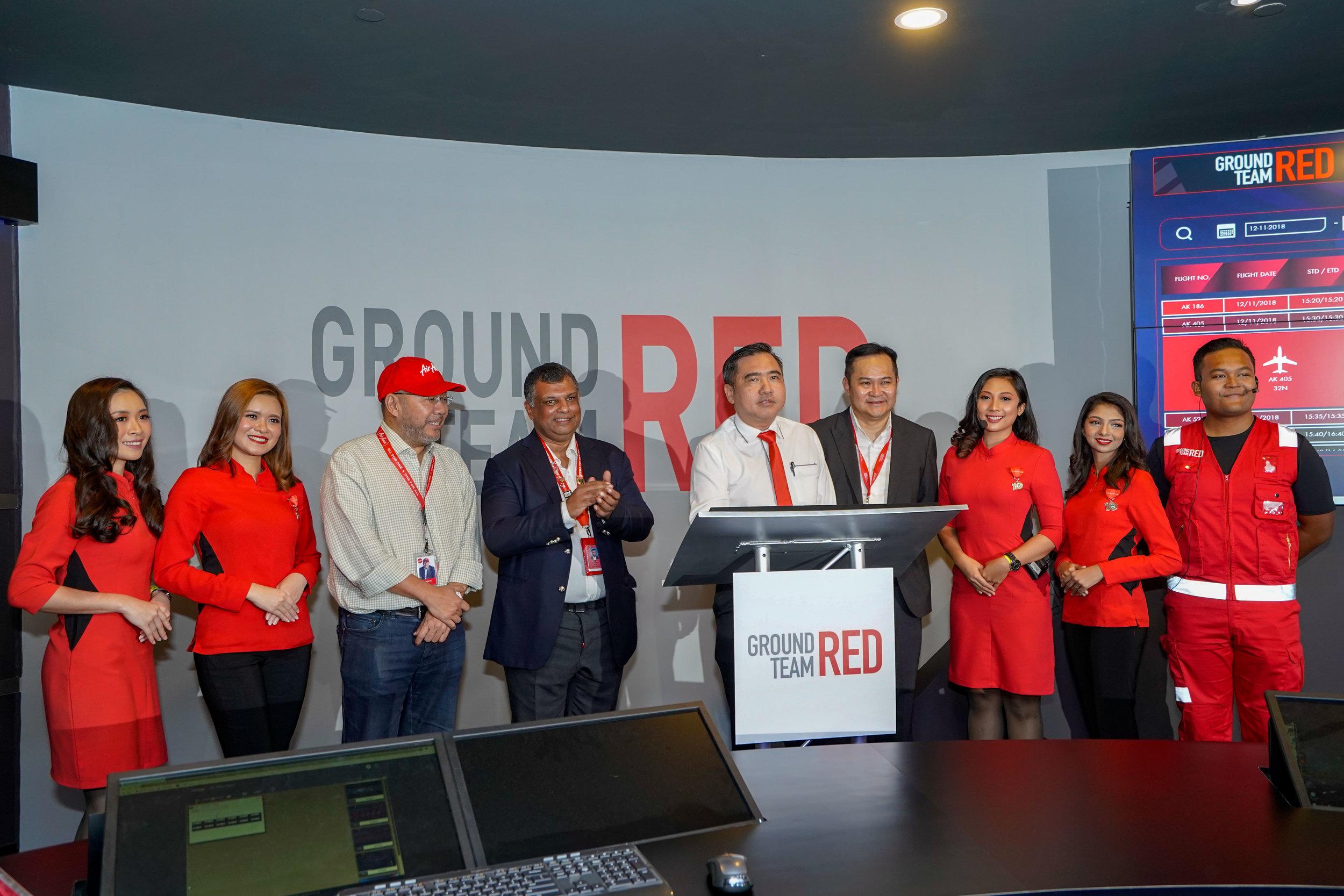 Pengerusi Eksekutif AirAsia Datuk Kamarudin Meranun, Ketua Pegawai Eksekutif Kumpulan AirAsia Tan Sri Tony Fernandes, Menteri Pengangkutan YB Loke Siew Fook dan Ketua Pegawai Eksekutif GTR Kevin Chin di majlis pelancaran pusat kawalan lapangan terbang Ground Team Red di klia2.