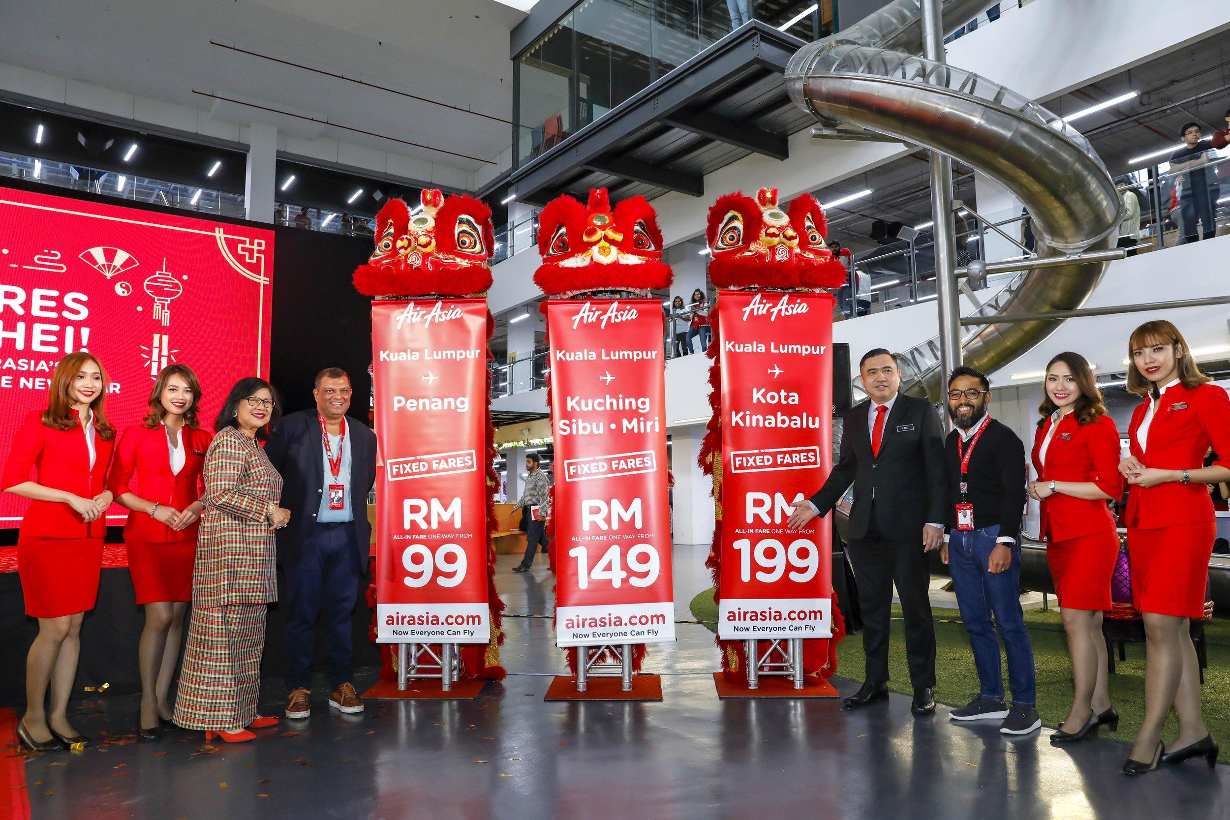 亚航长程主席丹斯里Rafidah Aziz(左起第三)、亚航集团首席执行员丹斯里Tony Fernandes、交通部长陆兆福及马来西亚亚航Riad Asmat今日公布2019农历新年亚航额外深夜航班。