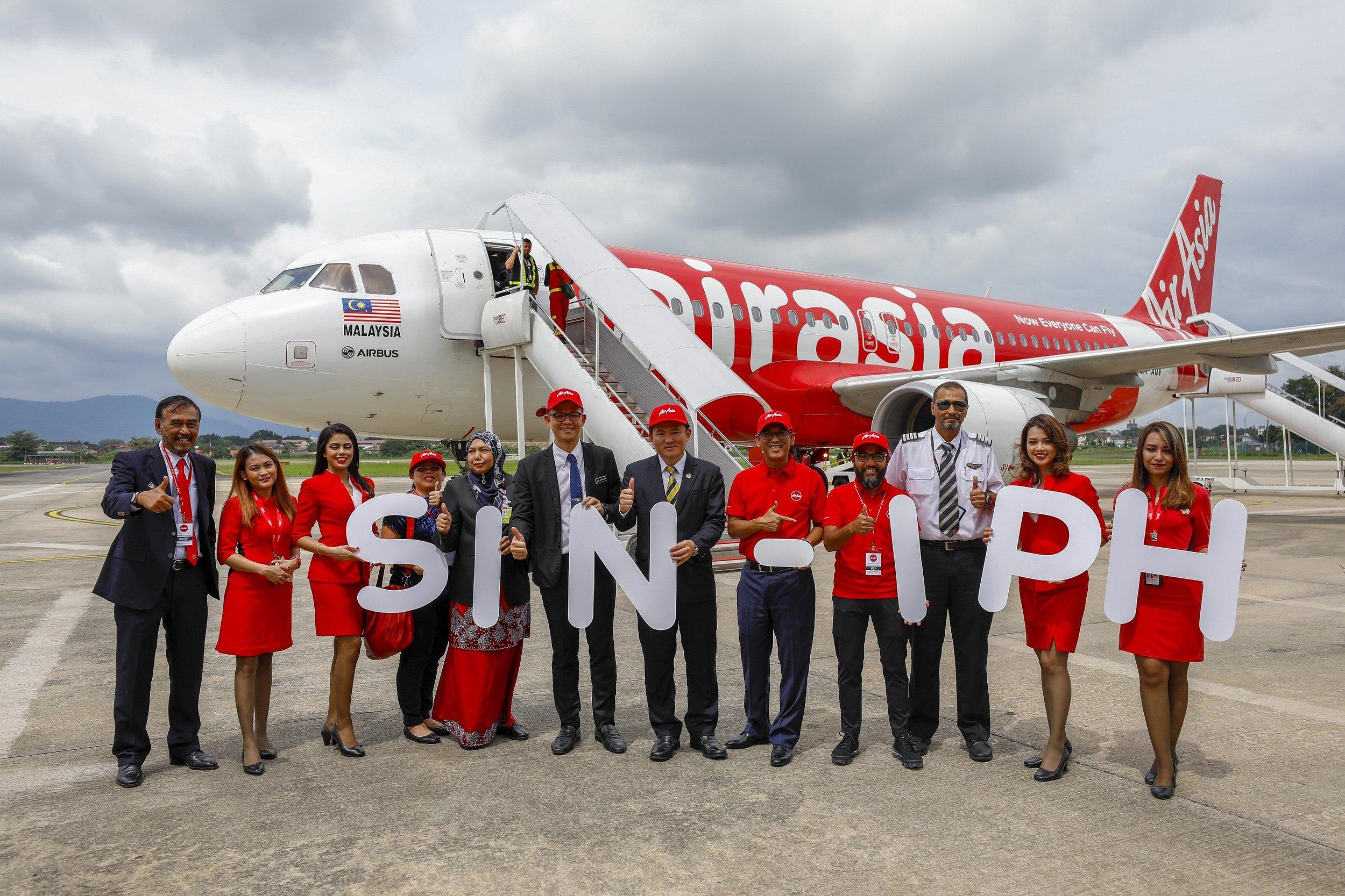 (左起第五)霹雳州旅游局首席执行员Zuraida Md Taib、霹雳州旅游、文化及艺术事务委员会主席陈家兴、住房,地方政府,公共交通,非伊斯兰事务和新村委员杨祖强、霹雳州务大臣YAB Dato' Seri Ahmad Faizal Azumu、马来西亚亚航首席执行员Riad Asmat及亚航机长Affendy Bin Syed Omar欢迎亚航新加坡-怡保首航。