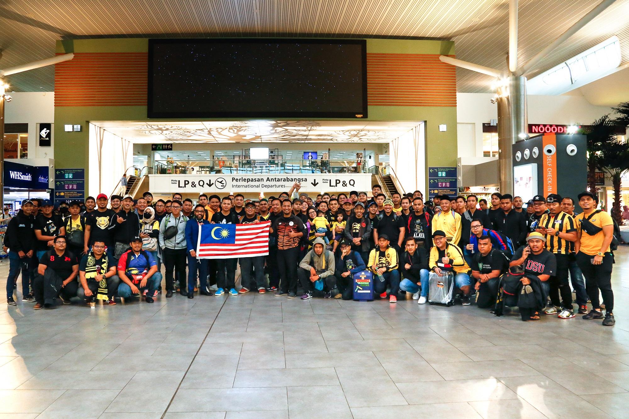 马来西亚青年与体育部秘书总理Dato' Lokman Hakim Ali与马来西亚亚航首席执行员Riad Asmat今早特别在吉隆坡国际机场2(klia2)为支持者们送行。