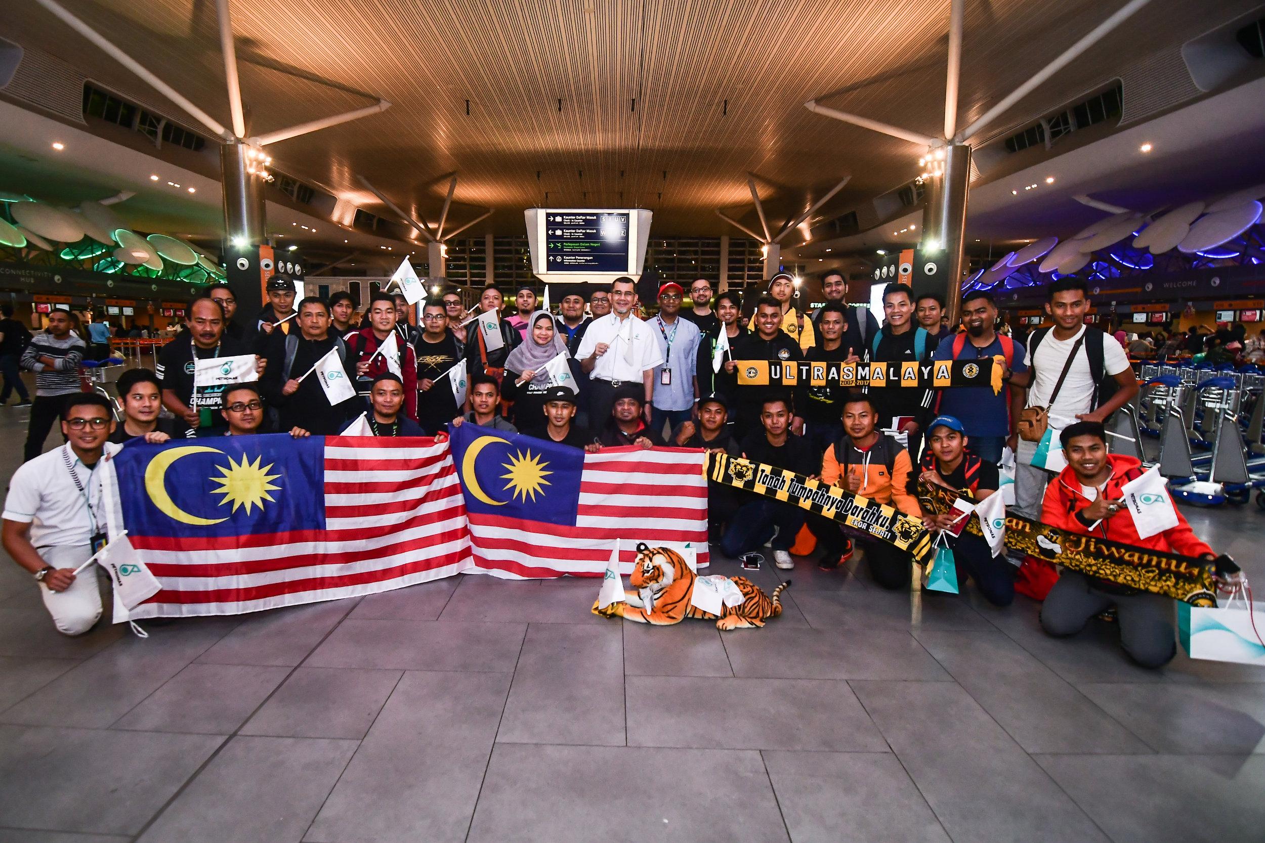 Dato' Sri Syed Zainal Abidin Syed Mohamed Tahir, Pengarah Urusan dan Ketua Pegawai Eksekutif PETRONAS Dagangan Berhad [tengah berbaju putih] dan Bo Lingam, Timbalan Ketua Pegawai Eksekutif Kumpulan AirAsia (Perniagaan Penerbangan) [tengah kanan] di majlis penghantaran penyokong Harimau Malaya menaiki penerbangan AK9336 ke Hanoi di klia2.