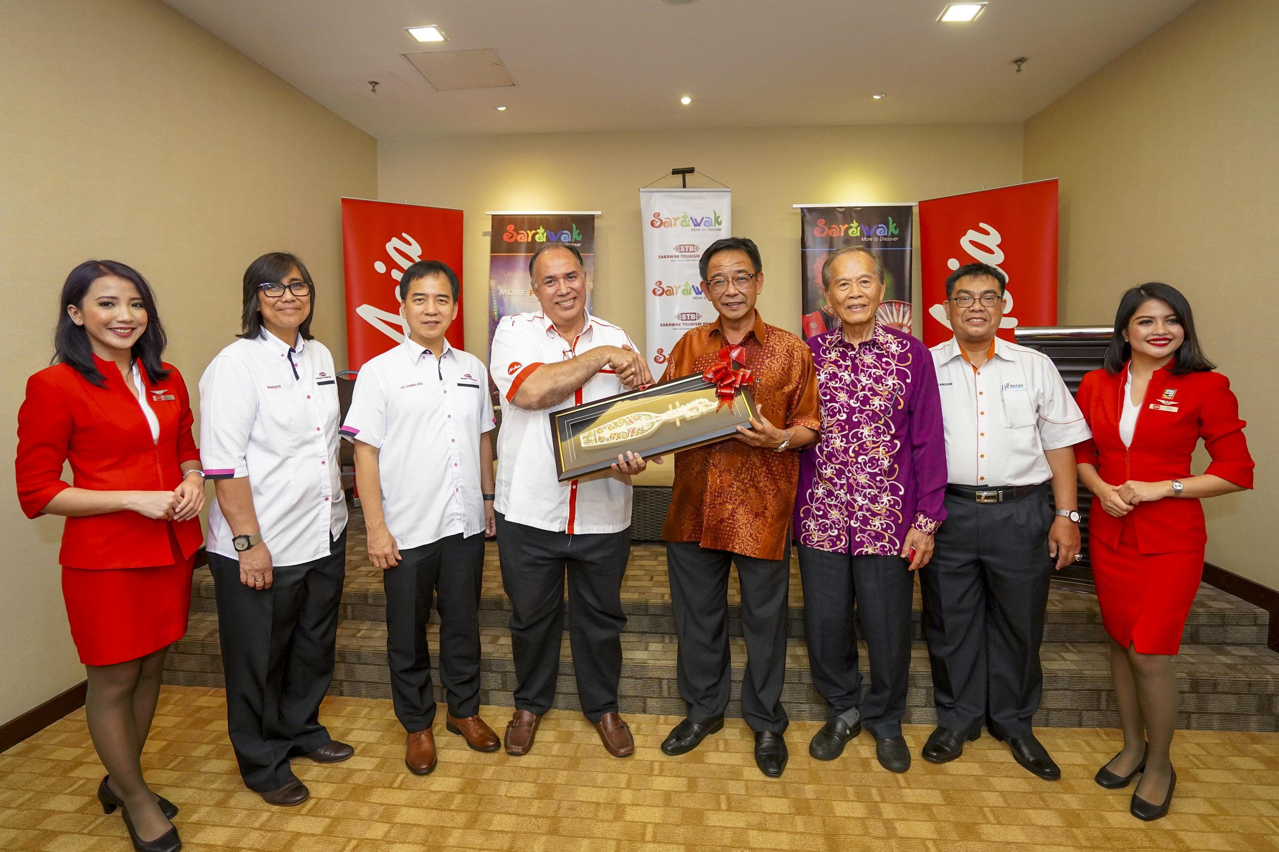 Photo Caption:  (从左至右)砂拉越旅游局首席执行员Puan Sharzede Datu Hj Salleh Askor、旅游、艺术、文化、青年与体育部常务秘书许赞麒、亚航政府关系部总监Zamani Rafique、旅游、艺术、文化、青年与体育部长Datuk Haji Abdul Karim Rahman Hamzah、诗巫市议会主席兼都东区州议员拿督张泰卿及马来西亚机场诗巫经理Zainudin Abdul Nasir 出席发布会。