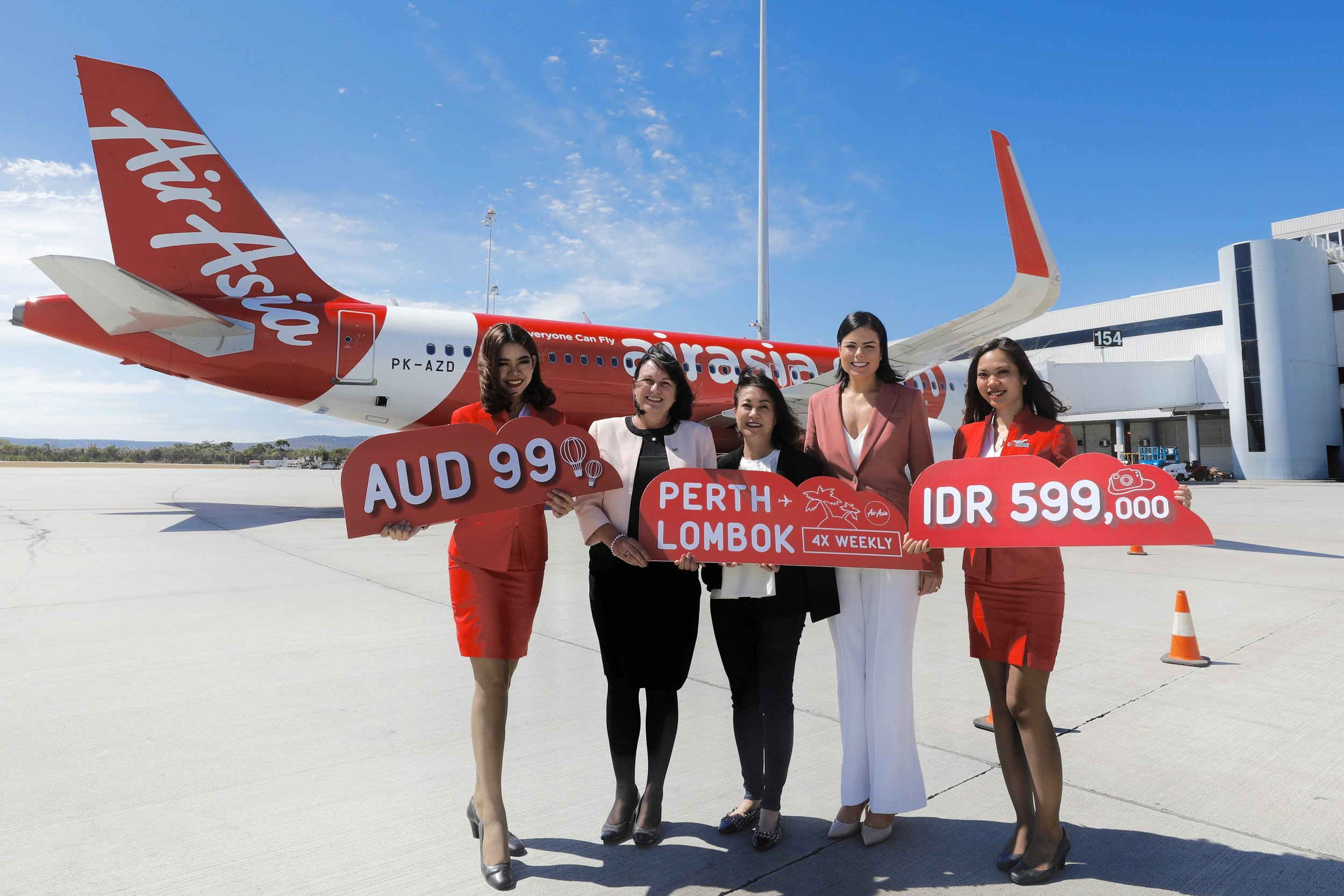 (dari kiri) Debra Blaskett, Chief Corporate Services Officer Perth Airport; Matana Thienthong, Commercial Head AirAsia untuk wilayah Australia dan Korea; Carolyn Turnbull, Chief Aviation Business Development Officer Perth Airport didampingi oleh awak kabin AirAsia.