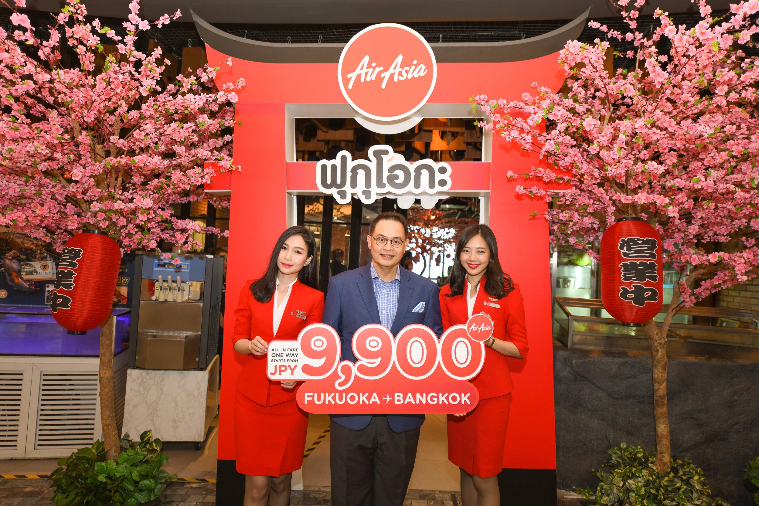 バンコクで記者会見を行ったタイ・エアアジアX CEO ナダ・ブラナシリ(中央)