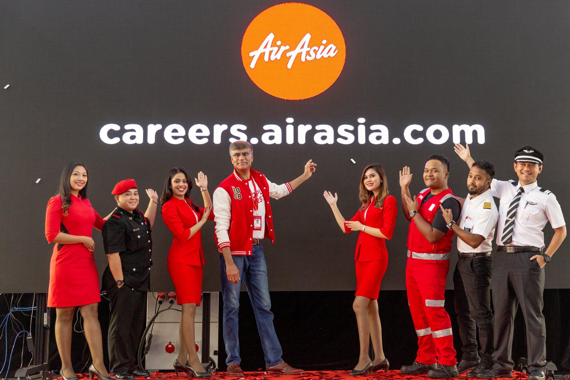 """Kenyataan Gambar: (Empat dari kiri) Ketua Pegawai Bahagian  People and Culture  Kumpulan AirAsia Varun Bhatia bersama kakitangan AirAsia (Allstars) di majlis pelancaran laman web kerjaya baharu AirAsia sempena acara """"People First Day"""" di ibu pejabat AirAsia RedQ, Sepang."""
