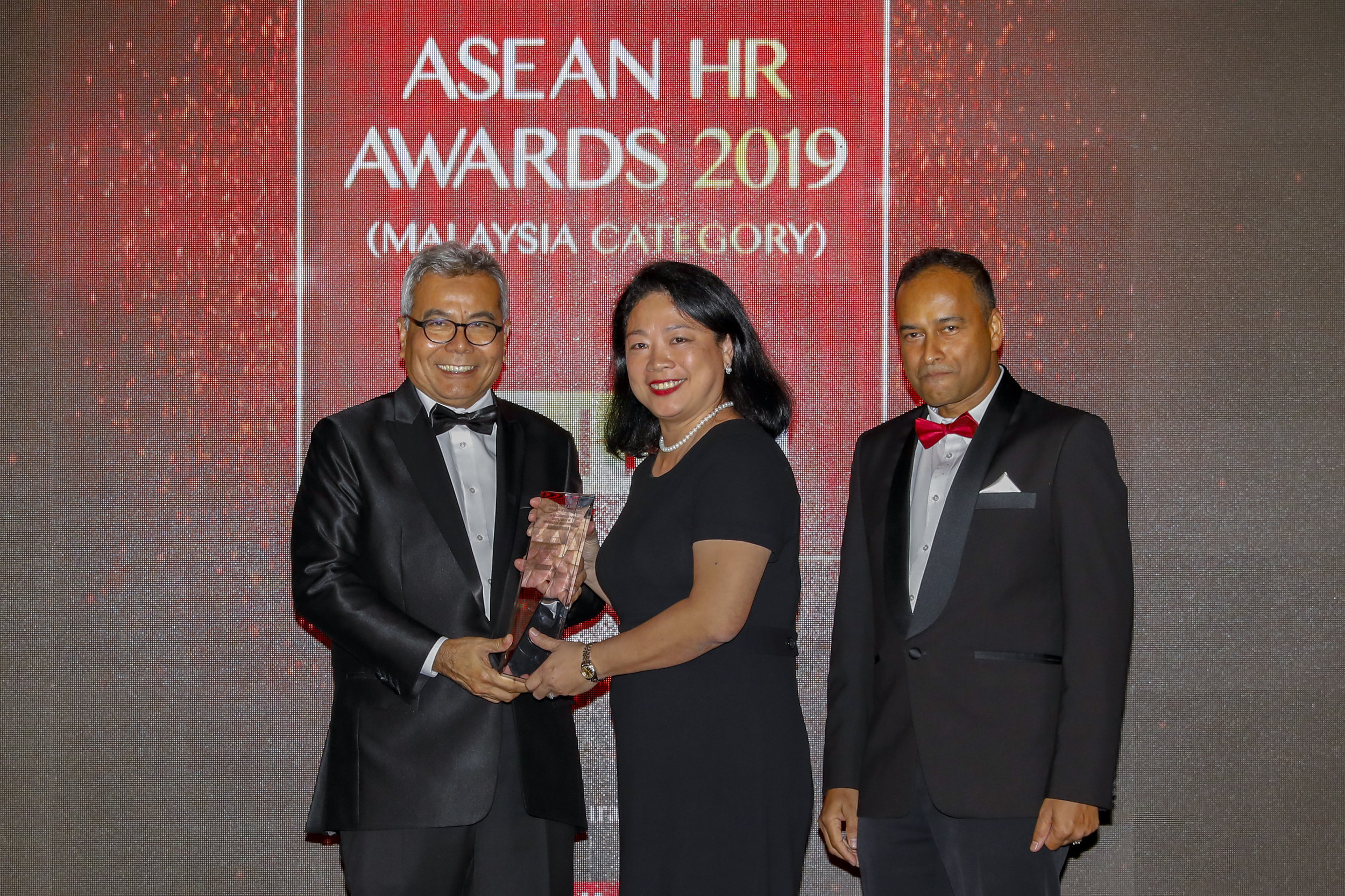 Photo Caption: (From left) Entrepreneur Development Minister Datuk Seri Mohd Redzuan Md Yusof presenting the award to AirAsia Head of Facilities Catherine Kok, witnessed by Niagatimes Advisor Dato' R. Rajendran at the Asean HR Awards 2019.