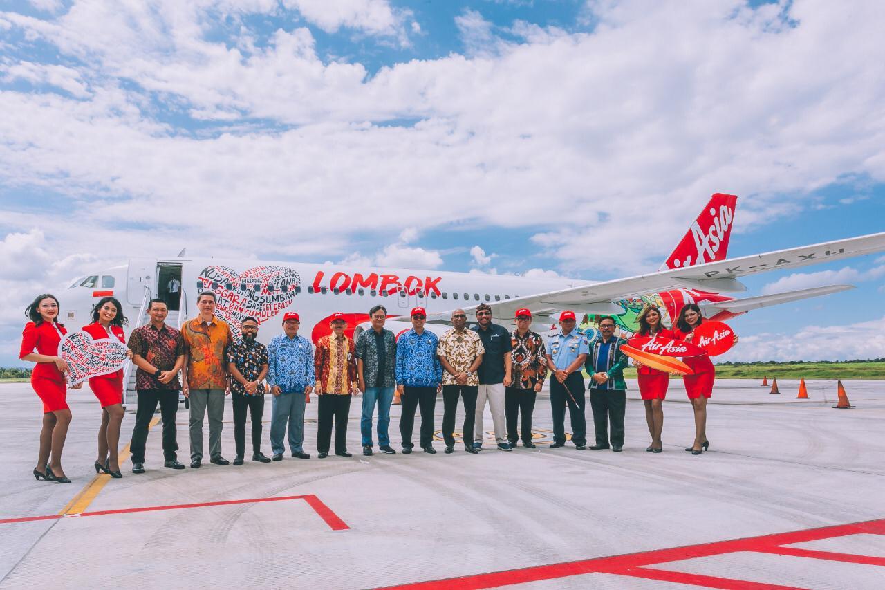 Direktur Utama AirAsia Indonesia Dendy Kurniawan (tengah kiri), Gubernur Provinsi Nusa Tenggara Barat Dr. H. Zulkifliemansyah SE. Msc. (tengah kanan), Direktur Hubungan Internasional dan Pengembangan Usaha Angkasa Pura I Sardjono Jhonny Tjitrokusumo (keenam dari kanan), Staf Khusus Bidang Konektivitas Udara Kementerian Pariwisata Judi Rifajantoro (ketujuh dari kiri) beserta jajaran CEO Grup AirAsia berpose di depan pesawat Airbus A320 dengan livery 'I Love Lombok' dalam peresmian hub AirAsia di Lombok