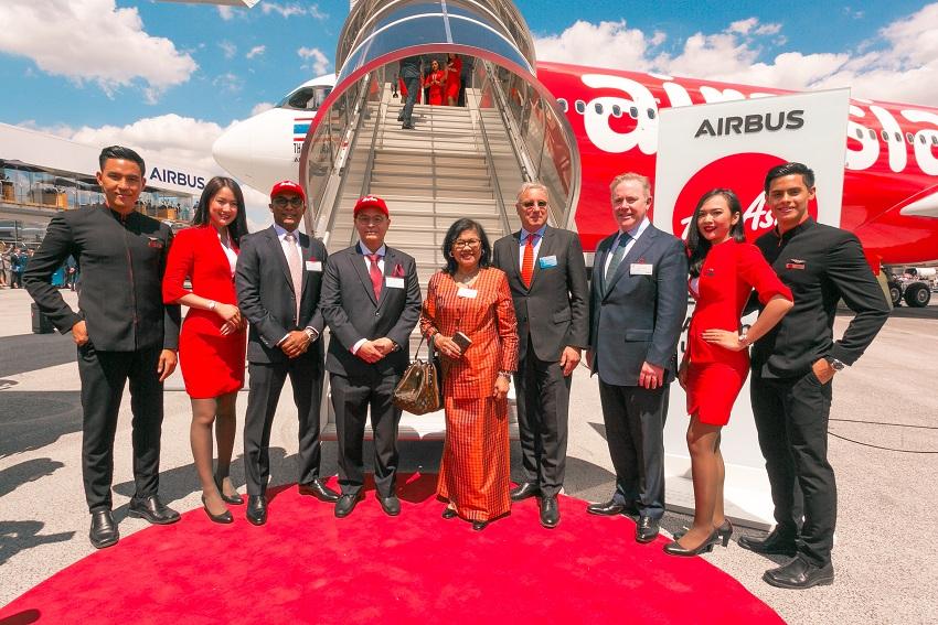 (ketiga dari kiri) Deputy Group CEO (Airlines) AirAsia Bo Lingam, Group CEO AirAsia X Nadda Buranasiri, Chairman AirAsia X Berhad Tan Sri Rafidah Aziz, Chief Commercial Officer Airbus Christian Scherer, dan CEO Avolon Domhnal Slattery berfoto bersama awak kabin AirAsia.