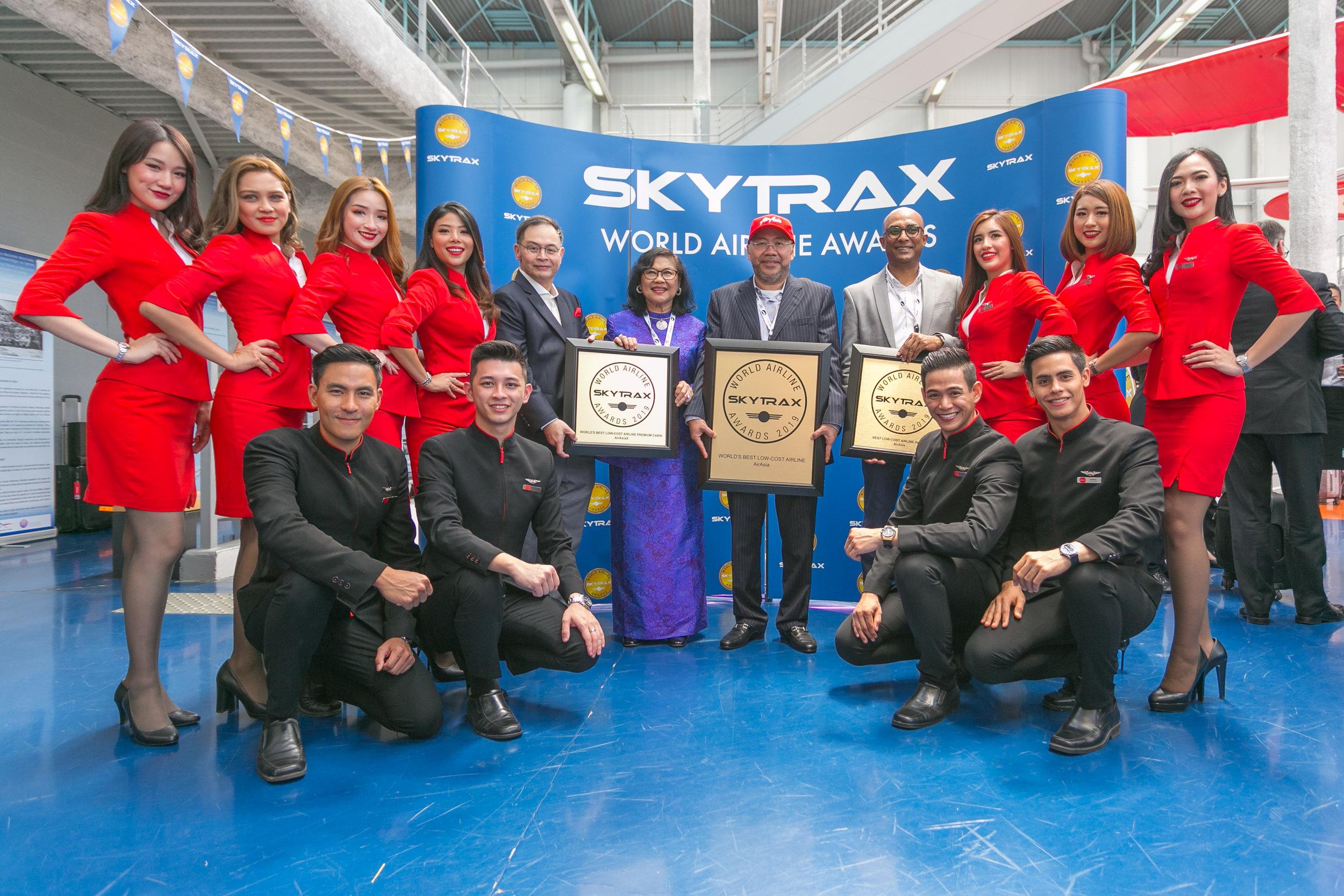後左五起:AirAsia X(AirAsia長途) 集團行程總裁Nadda Buranasiri、AirAsia X(AirAsia長途) 主席丹斯里Rafidah Aziz、AirAsia集團執行主席拿督Kamarudin Meranun、AirAsia集團副行政總裁 (航空運營事務) Bo Lingam連同一眾AirAsia機艙服務員。
