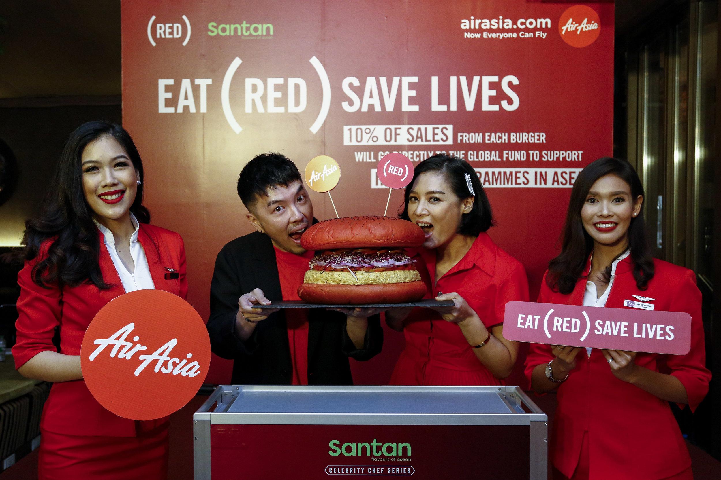 Ketua Penjenamaan Kumpulan AirAsia Rudy Khaw dan Duta Cef (RED) Hong Thaimee melancarkan hidangan Burger INSP(RED) baharu bersama krew kabin