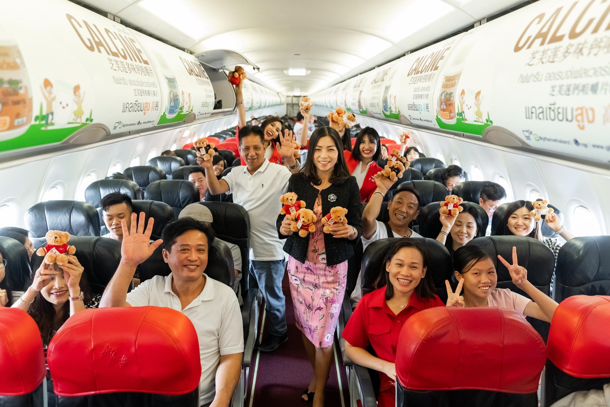 Group photo of CEO of AirAsia Hong Kong & Macao and passengers.jpg