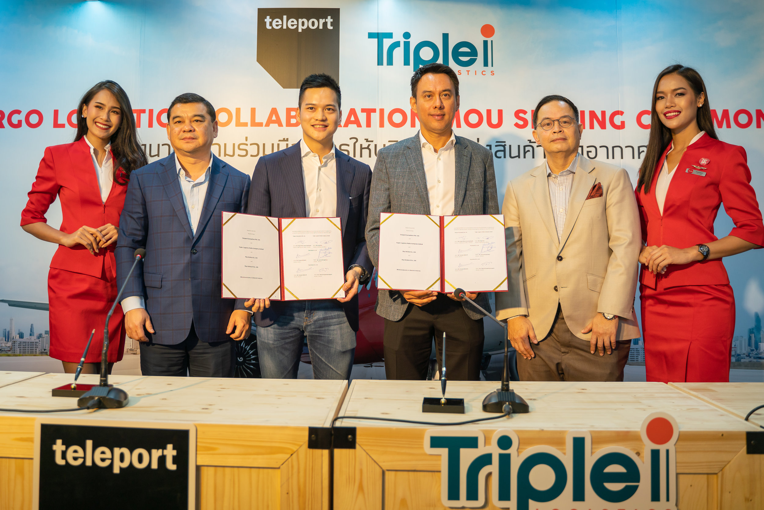 Photo Caption  (L-R): AirAsia Thailand CEO Santisk Klongchaiya; Teleport CEO Pete Chareonwongsak; Triple i Group CEO Mr. Tipp Dalal; AirAsia X Group CEO and AirAsia X Thailand CEO Nadda Buranasiri flanked by AirAsia Cabin Crew.