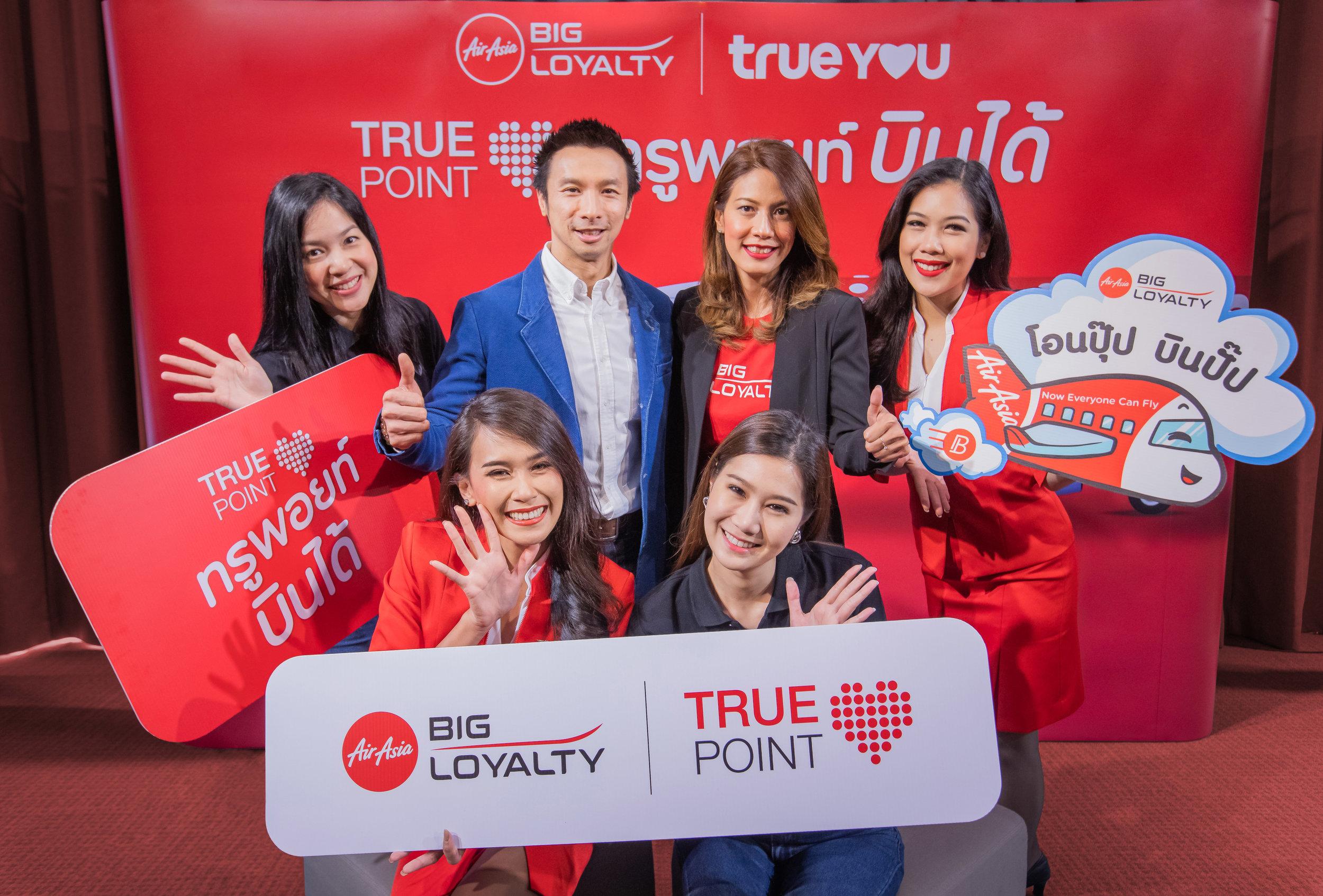 (กลางขวา) นางสาวบวรภัค ศิริพานิช ผู้อำนวยการประจำประเทศไทย AirAsia BIG และ (กลางซ้าย) นายฐานพล มานะวุฒิเวช ผู้จัดการทั่วไปด้านการผสานสิทธิประโยชน์ลูกค้า บริษัท ทรูดิจิตอล แอนด์ มีเดีย แพลตฟอร์ม จำกัด ร่วมเปิดตัวพีเจอร์ใหม่ ให้กับสมาชิก BIG และลูกค้าทรู