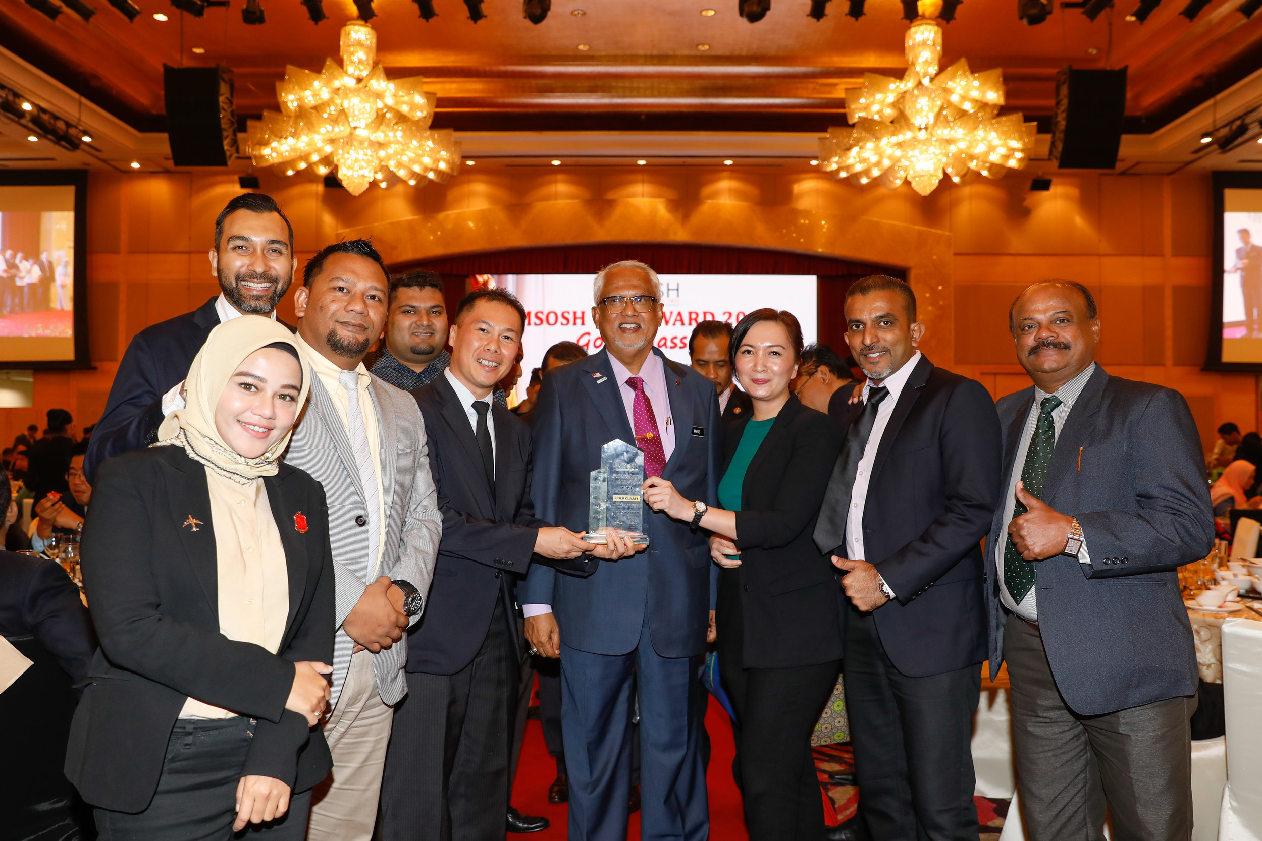 Photo Caption : (Fifth from left) AirAsia Group Head of Safety Captain Ling Liong Tien with Malaysia's Deputy Minister of Human Resources, YB Dato' Hj Mahfuz Omar and the rest of AirAsia's safety team at the Malaysian Society of Occupational Safety and Health Award 2019.
