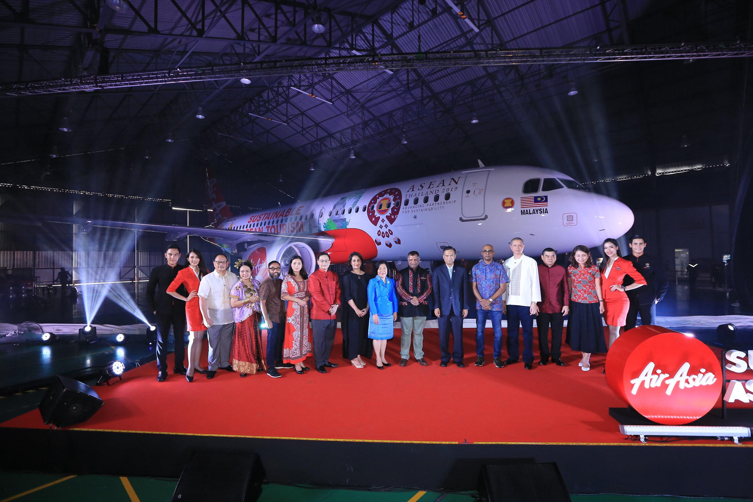 CEO AirAsia Group Tony Fernandes (tengah) bersama pejabat Kementerian Luar Negeri Thailand beserta jajaran manajemen AirAsia dari berbagai negara berfoto bersama di depan pesawat Airbus A320 AirAsia bertema 'Sustainable ASEAN'.