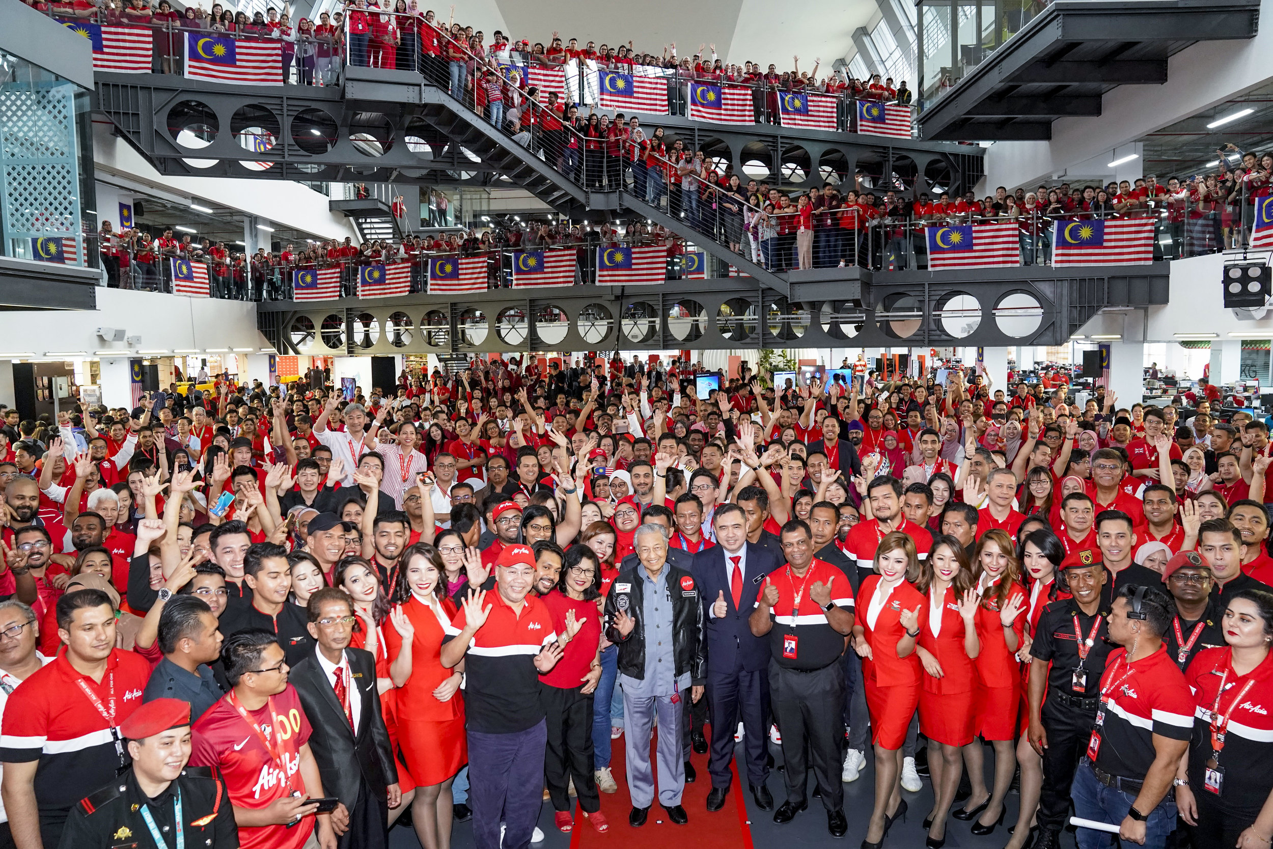Photo Caption: (Middle) Prime Minister of Malaysia, Yang Amat Berhormat Tun Dr Mahathir Bin Mohamad with AirAsia management and Allstars during his Official Visit to AirAsia RedQ in Sepang today.