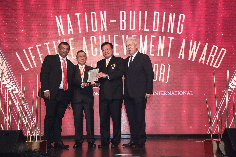 Tony Fernandes Diiktiraf Anugerah Pencapaian Sepanjang Hayat Untuk Pembangunan Negara Airasia Newsroom