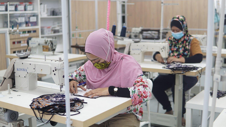 Keterangan gambar: Kakitangan Batik Boutique menjahit topeng muka untuk dijual di DestinationGOOD.com