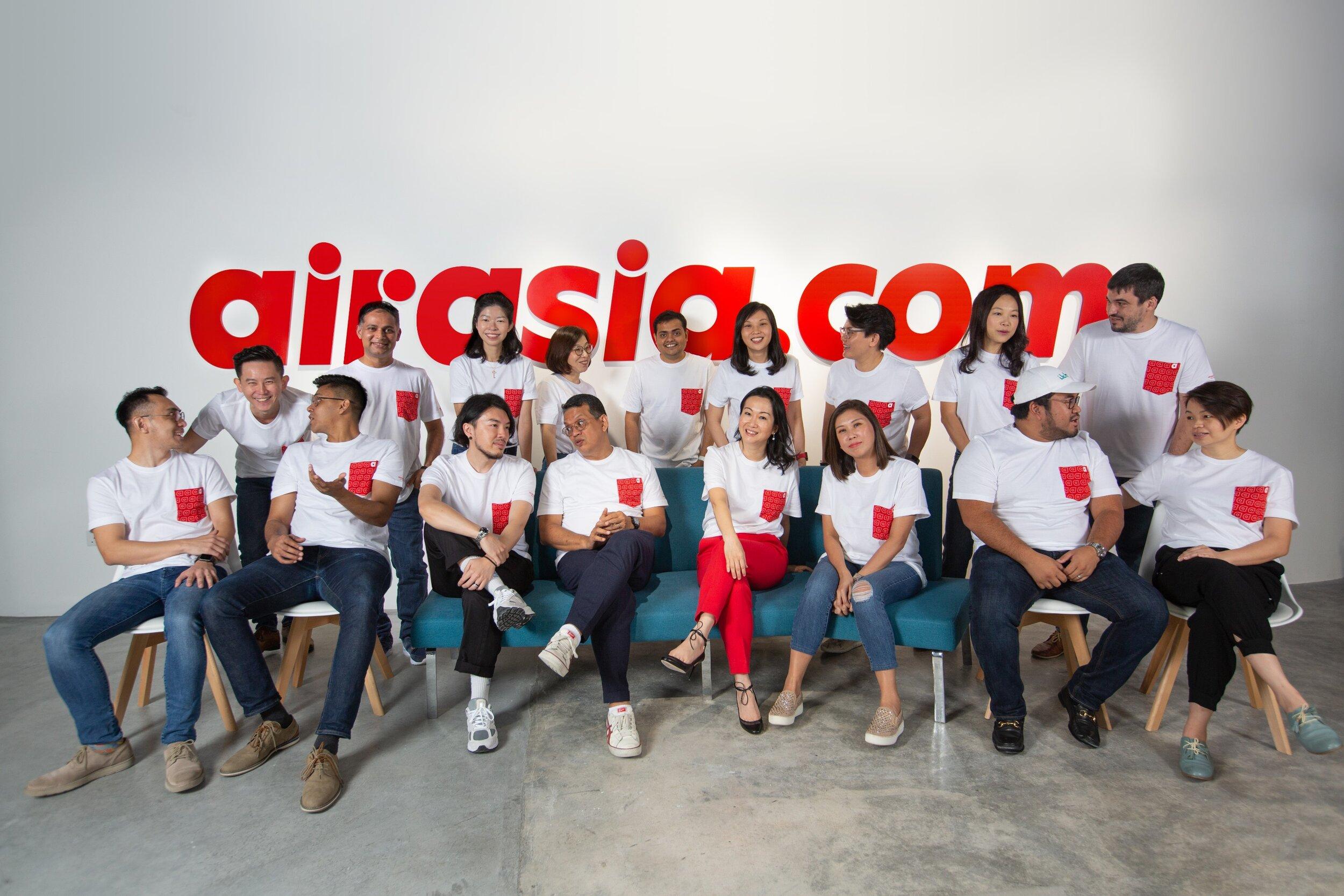 (右起第四)airasia.com首席执行员陈家欣与airasia.com管理层