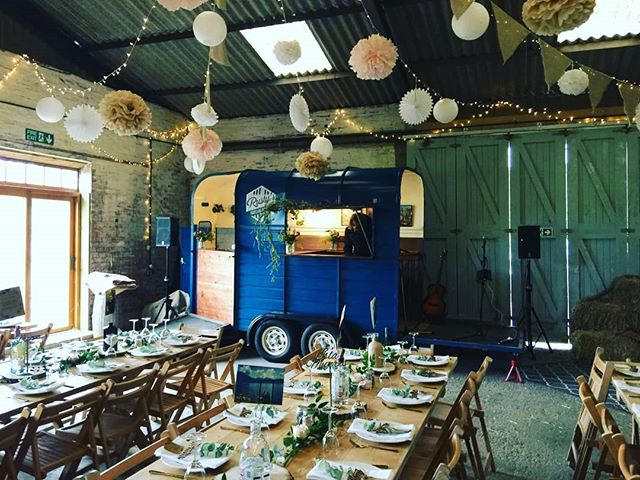 Another new and gorgeous venue! @waterparkbarnweddings has rustic charm down to a tee 👌 We had a great day yesterday celebrating Kimberly and Andrew. The music and the beers were flowing 🍻