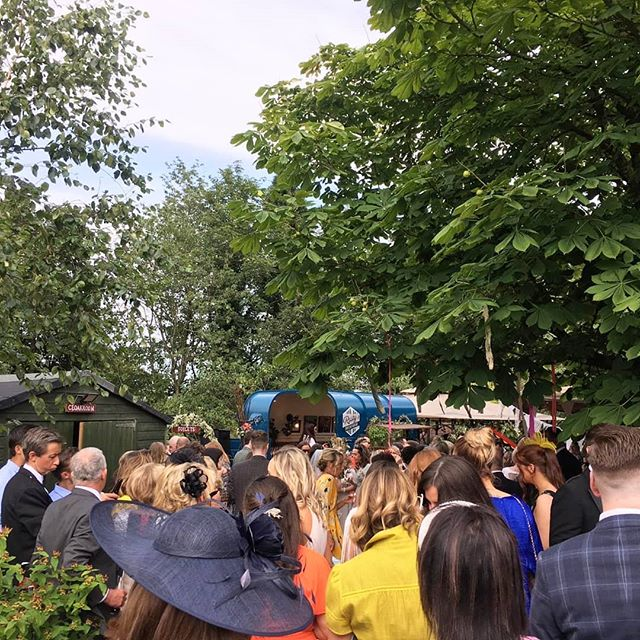 Queue for the bar was huge 😲😉 . . . #pianobar #horseboxbar #weddingmusic #drinksreceptionmusic #ceremonymusic #cocktailreception #weddingplanning #eventplanner #weddingplanner #piano #barhire #scottishwedding #rustic #rusticwedding #entertainment #entertainer #ricehorsebox #rustyspianobar #mobilebar #travellingpianobar #wearetheweddingcollective #theweddingcollective #festivalmusic #eventideas #tipiwedding