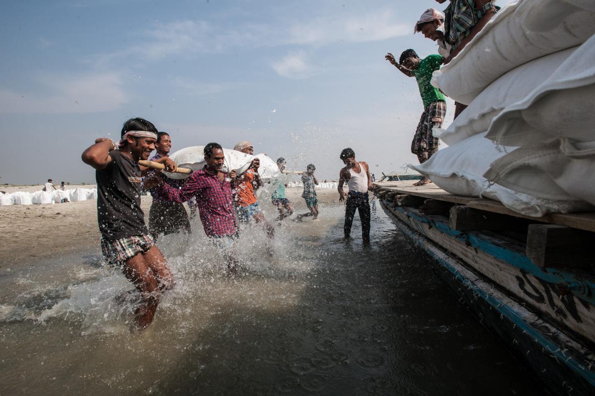 Ungdommen forbereder digerne inden vandet kommer.  /Indien