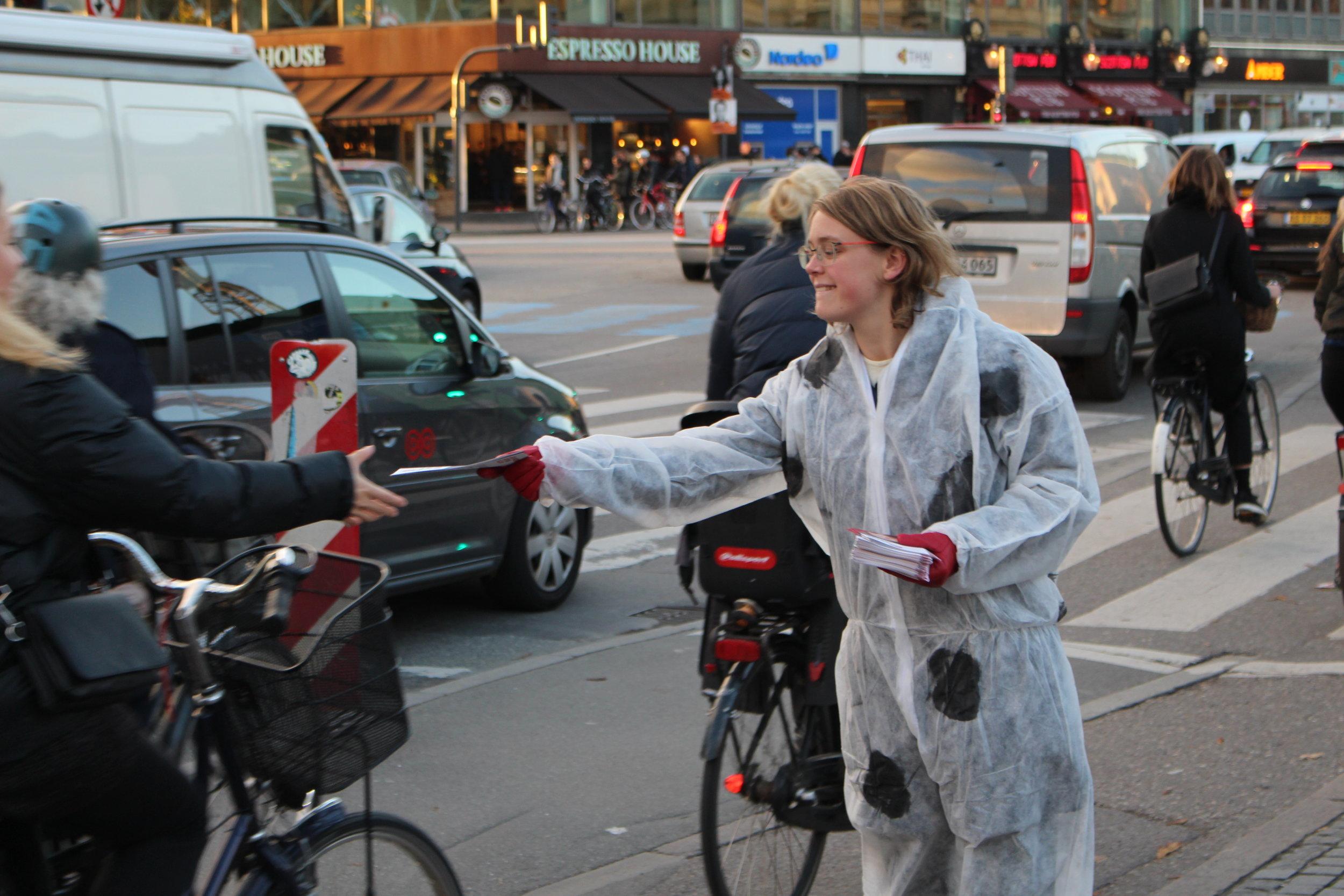 Udfasning af erhvervsrelateret forbrænding af fossile brændsler på dansk jord i 2035 - En del industri i Danmark anvender stadig forbrændingsovne, hvor der bliver afbrændt fossile brændstoffer. Disse industrier er vigtige for Danmarks økonomi men giver også en del arbejdspladser til landet. Når det så er sagt, så skal de sammen med resten af Danmark blive grønnere, hvis vi skal have et håb om at blive et CO2-possitivt land. Derfor er det ligesom landbruget vigtigt, at vi stiller krav om at industrierne skal omstille sig for fællesskabets skyld.