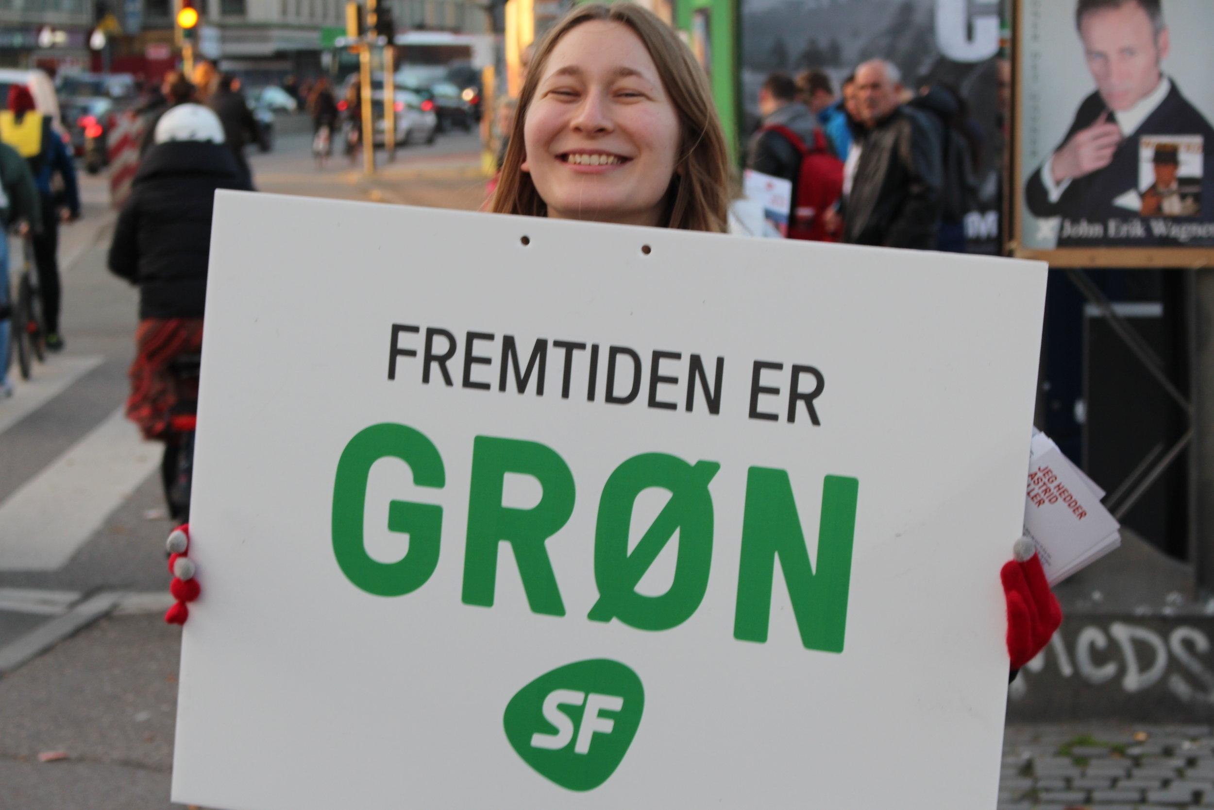 Støt et borgerforslag, der vil gøre Danmark grønnere - Gratis transport til unge under 26.Løsningen på klimaproblemerne er ikke, at forbrugeren køber mindre kød eller kun går i genbrugstøj. Problemerne er strukturelle, så det skal løsningerne også være. Vi skal sætte en stopper for kapitalens endeløse produktion og blinde fokus på profitmaksimering. Et skridt på vejen er at aktivere ungdommen og give dem redskaberne til at lægge pres på vores politikere. Ungdommen skal vide, at man ikke kan løse klimaproblemerne blot ved at ændre egne vaner, men kun ved at ændre samfundet.For at oplære den nye grønne generation er det uhyre vigtigt, at de får en positiv oplevelse med offentlig transport fra både deres barndom og deres ungdom, således at de vil fortsætte med at benytte det bæredygtige alternativ til den CO2 udledende og klima ødelæggende biltransport.