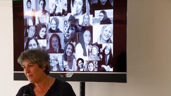 """به گفته پرستو فروهر """"این اشیا همچون پیکی شدهاند که جان گرفتهاند تا بارقههای مقاومت انسانی زنان زندانی را به بیننده نشان دهند.""""  عکس: HADI_GHOBAD"""