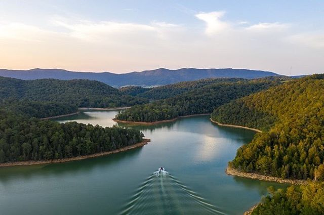 Norris Lake is one of the most beautiful places to visit and the fall is when you can have the entire lake to yourself. 📷: @nkeet89  #norrislake #lakelife #vacationhomes #wakedreams #wakedreamsnorrislake #lake #lakehouse #lakenorris #vrbo #airbnb #wakelife #wake #surf #lakeday #wakesurf #boat #boating #lakes #vacation #laketrip #summertime #teamwakedreams #madeintn