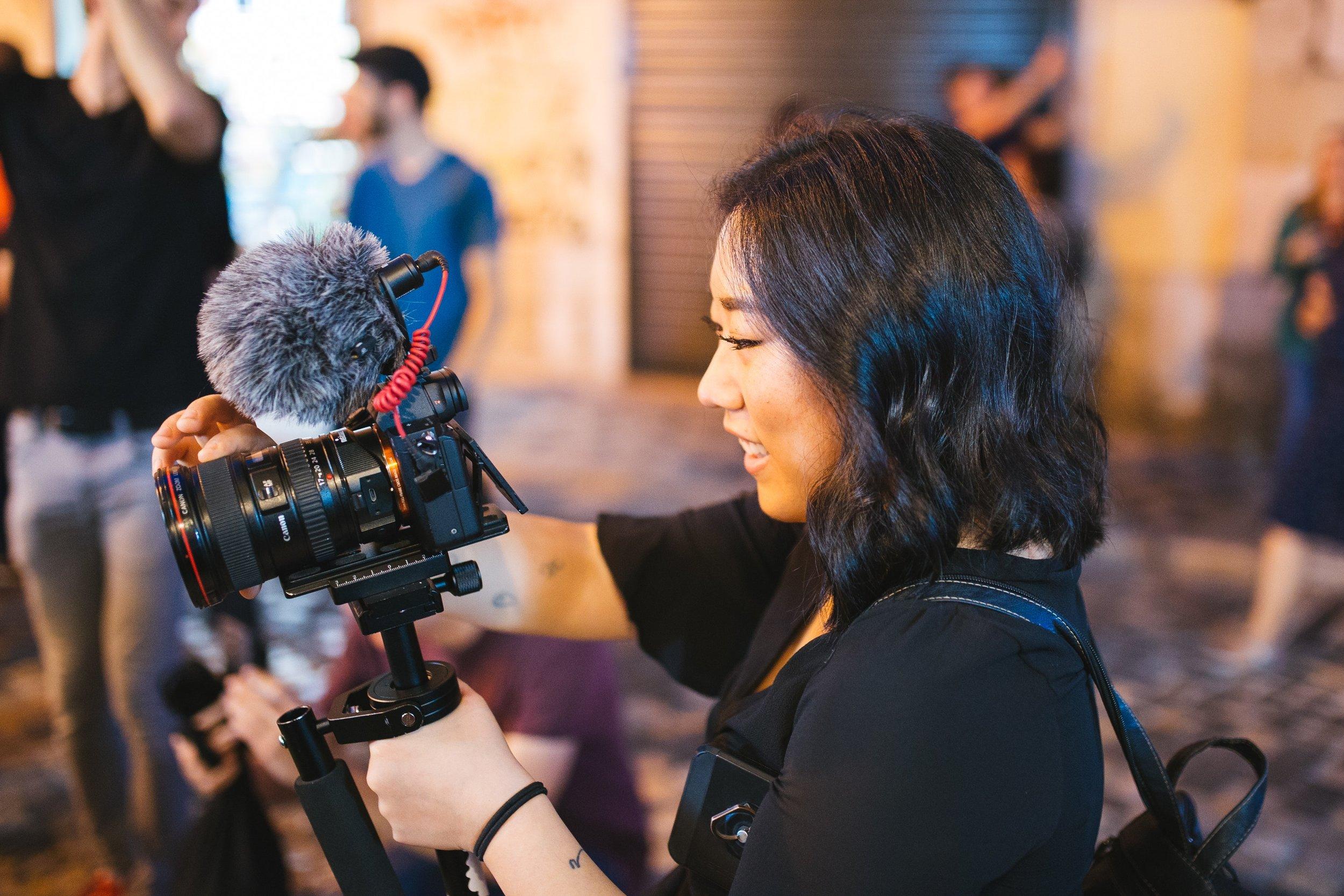 camera-dslr-camera-equipment-1615824.jpg
